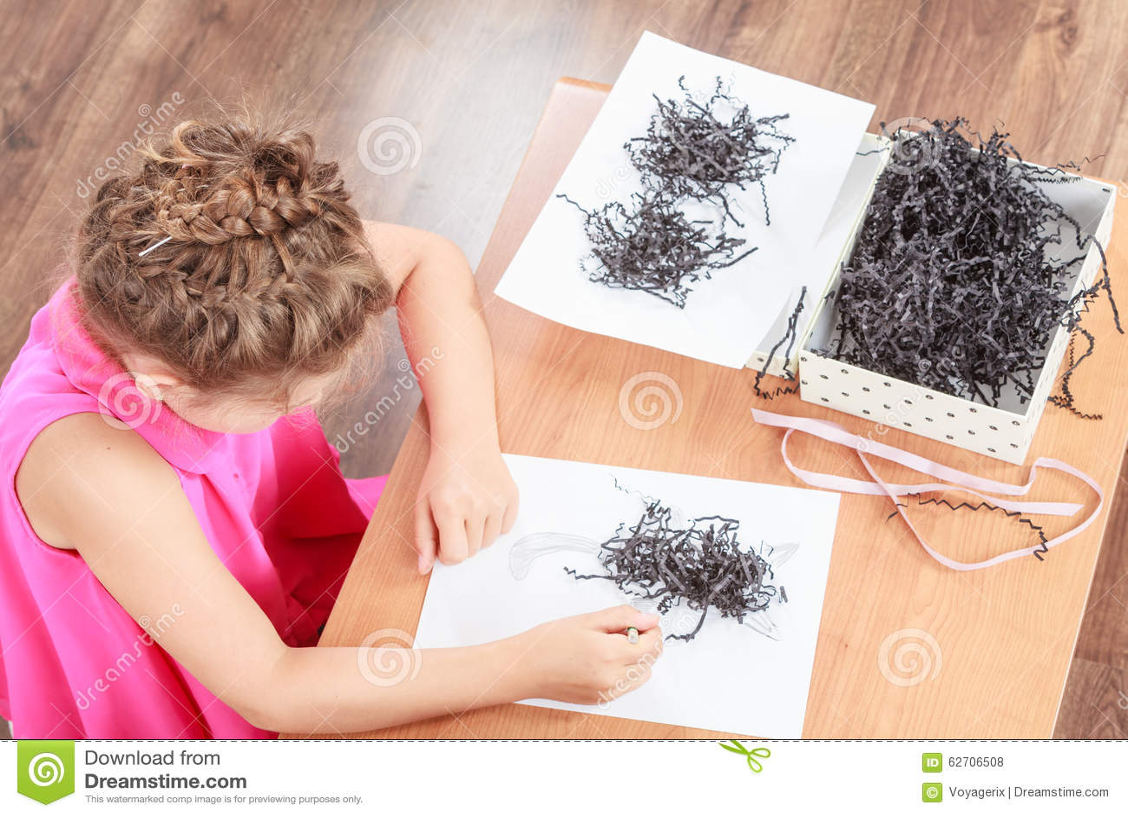 Download Το μικρό κορίτσι σύρει στην τάξη Στοκ Εικόνες - εικόνα από ελάχιστα, αποκοπή: 62706508