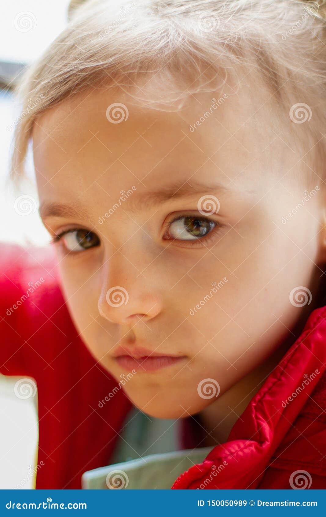 Το μικρό κορίτσι φαίνεται λυπημένο με τα μεγάλα μάτια