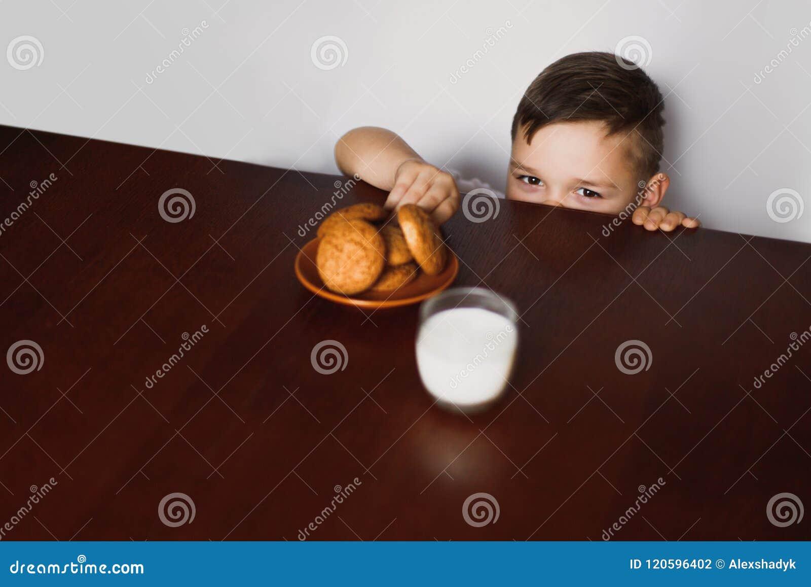 Το μικρό παιδί κλέβει τα μπισκότα
