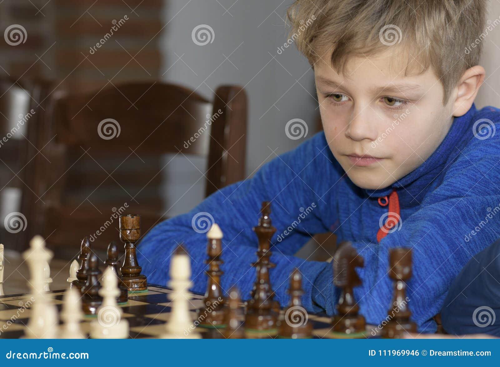 Το μικρό παιδί παίζει το σκάκι
