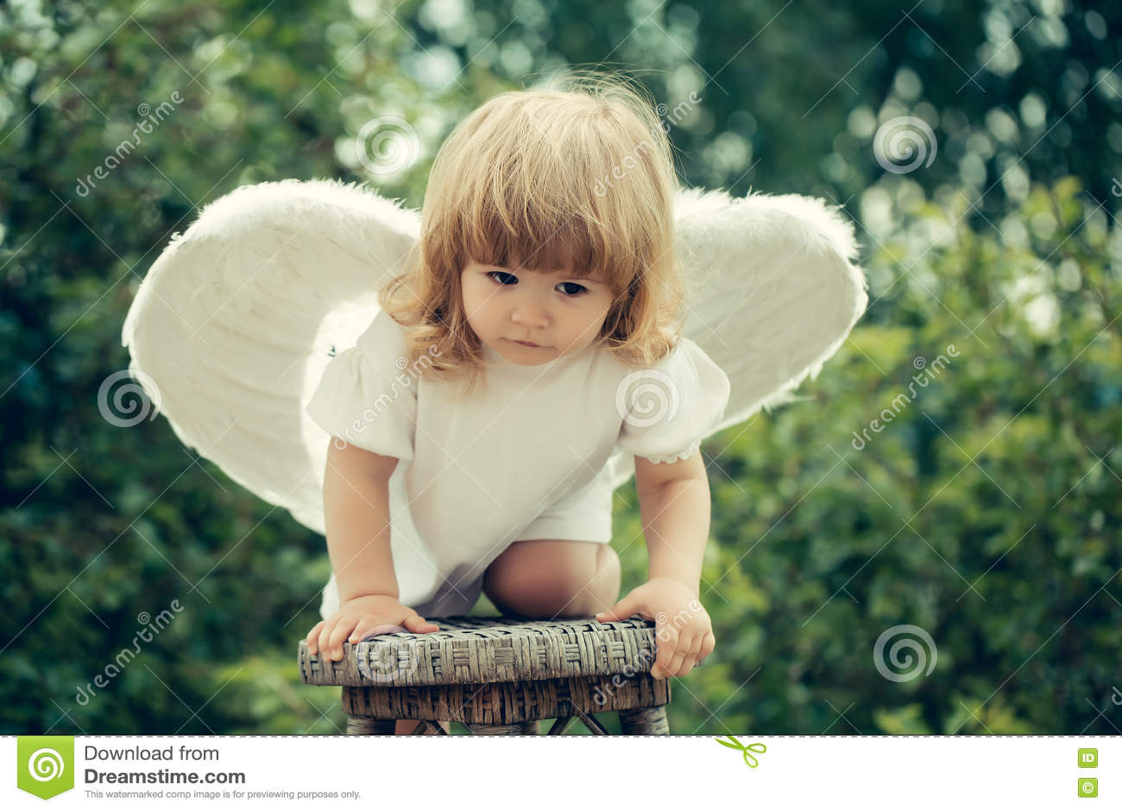 Το μικρό παιδί έντυσε ως άγγελος