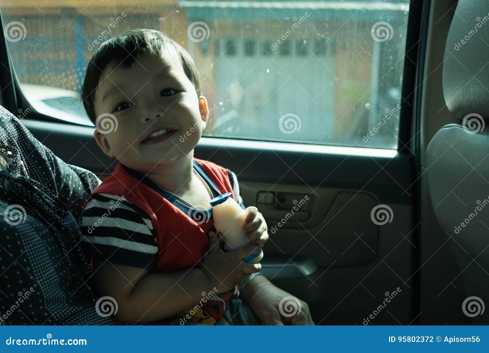 Το μικρό παιδί απολαμβάνει το ταξίδι car inside