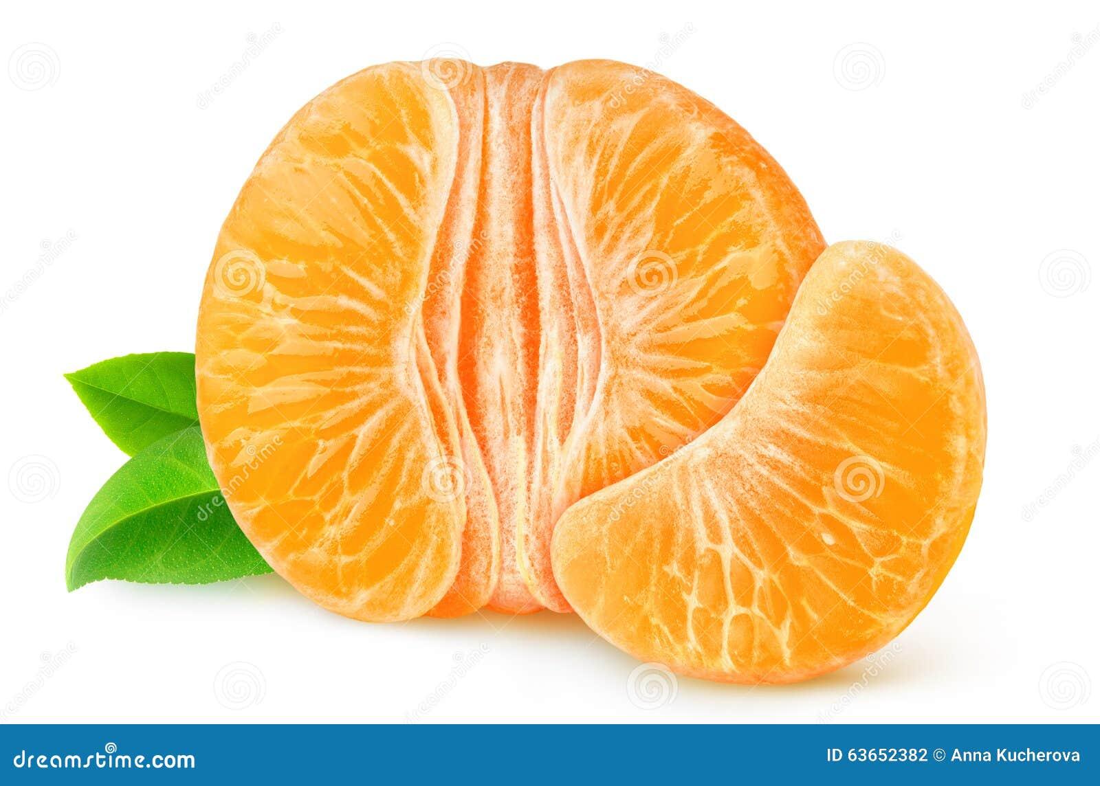 Το μισό ξεφλουδισμένο tangerine ή το πορτοκάλι που απομονώνεται από
