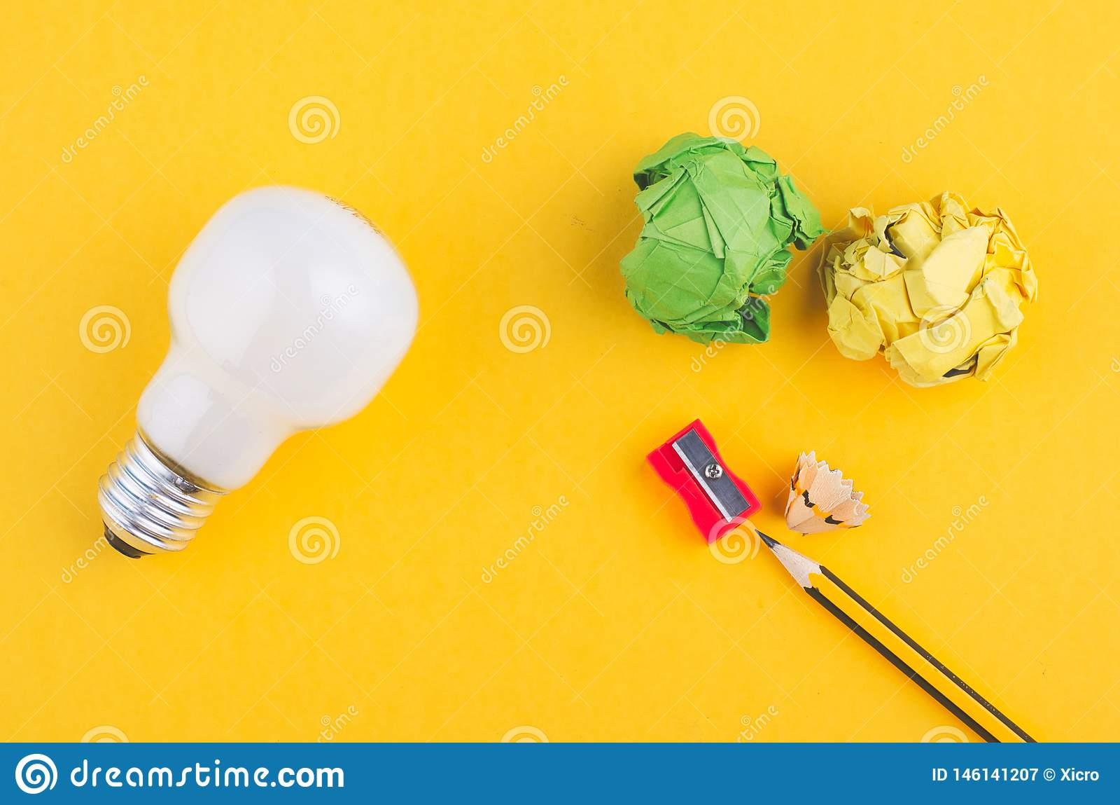 Το μολύβι, τσαλακώνει το έγγραφο και το βολβό πέρα από το κίτρινο υπόβαθρο