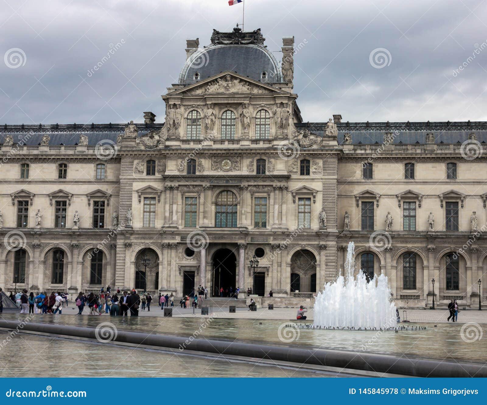 Το μουσείο παλατιών του Λούβρου στο Παρίσι, Γαλλία, στις 25 Ιουνίου 2013