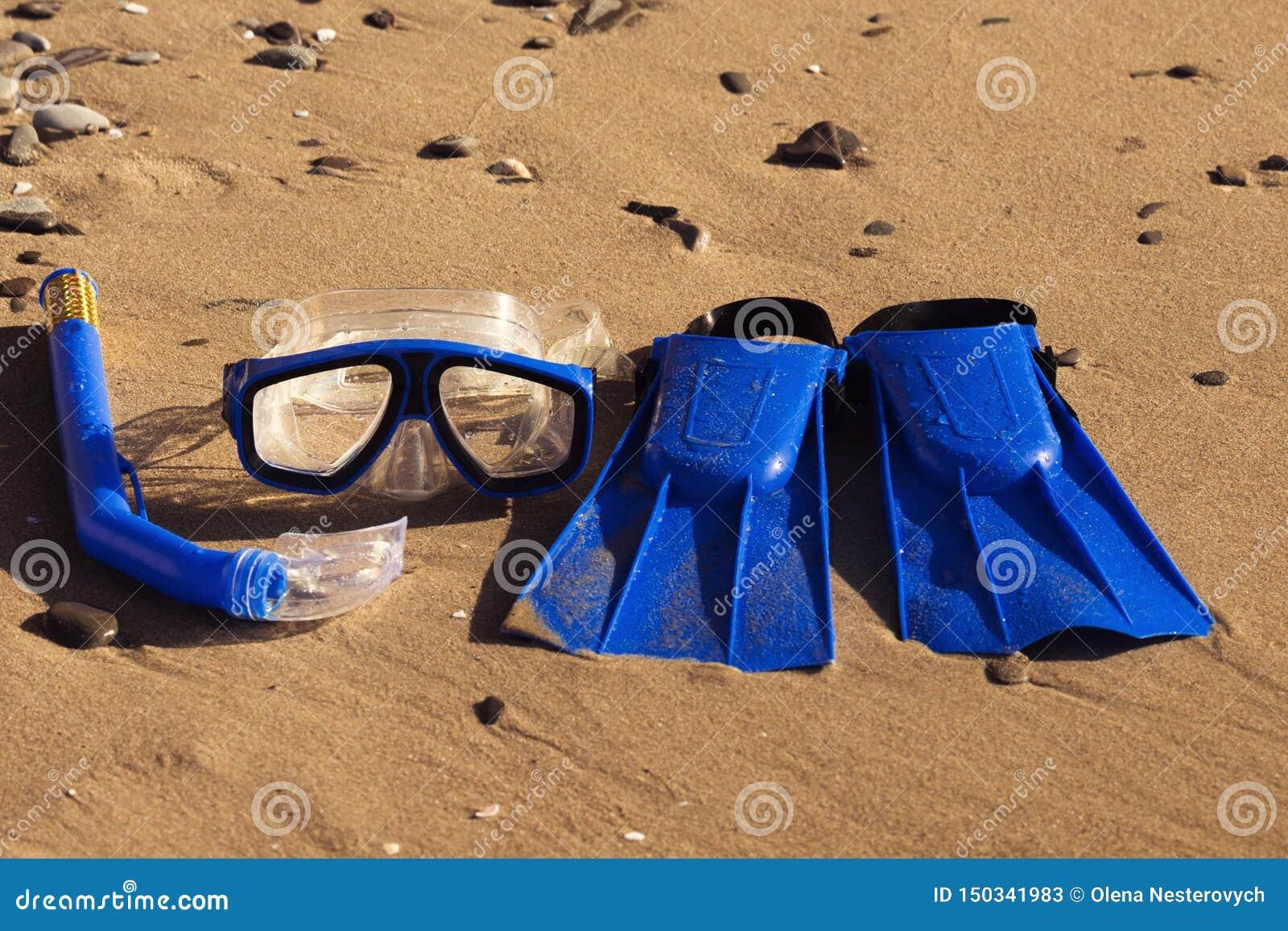 Το μπλε κολυμπά τα βατραχοπέδιλα, καλύπτει, κολυμπά με αναπνευτήρα για κυματωγών στην αμμώδη παραλία έννοια παραλιών