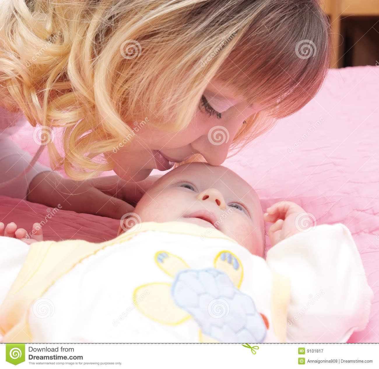 το μωρό φιλά mum
