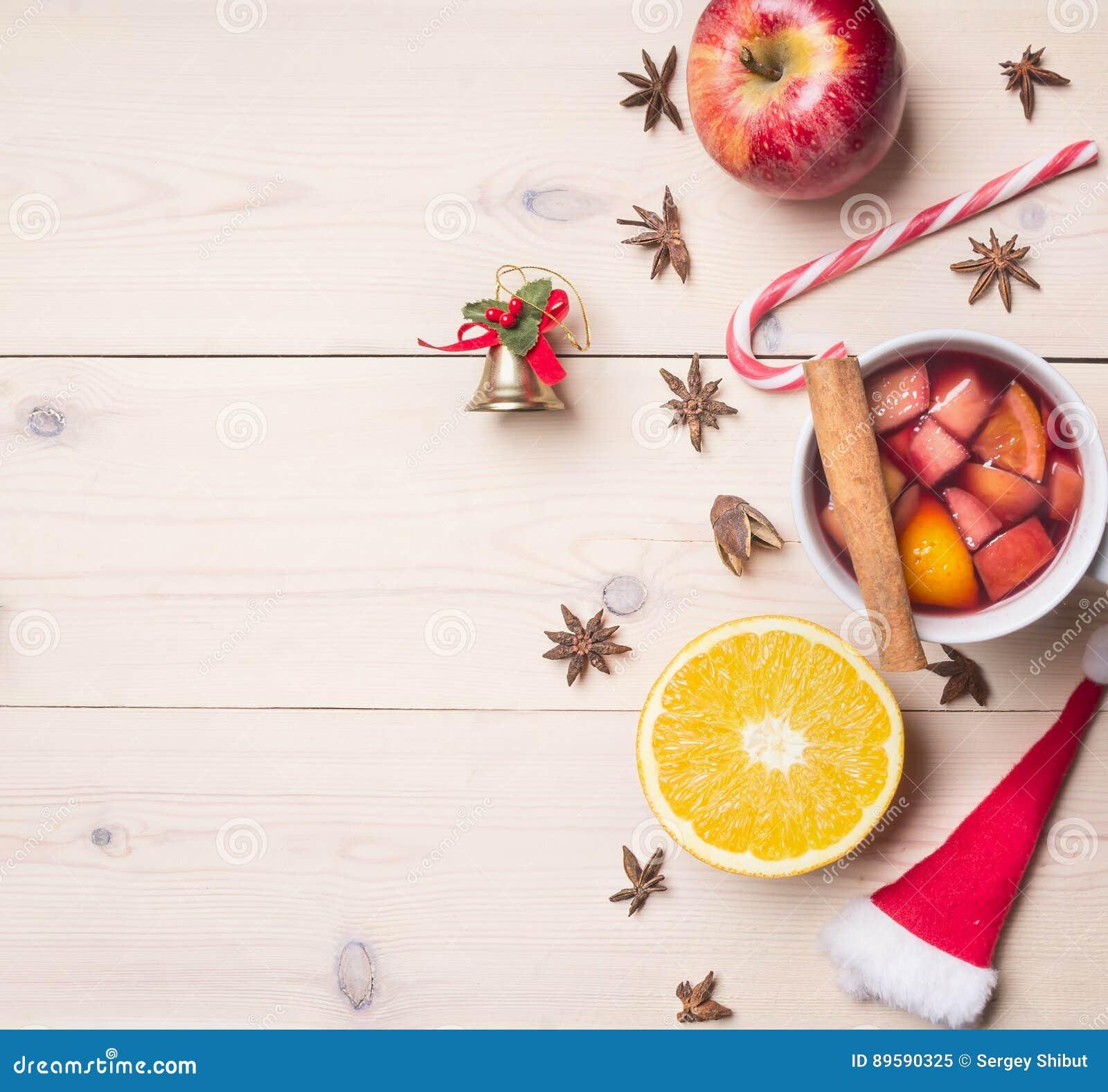 Το νέο έτος ` s και η διακόσμηση Χριστουγέννων με τα συστατικά για την προετοιμασία θέρμαναν το κρασί, την κανέλα και τα γαρίφαλα