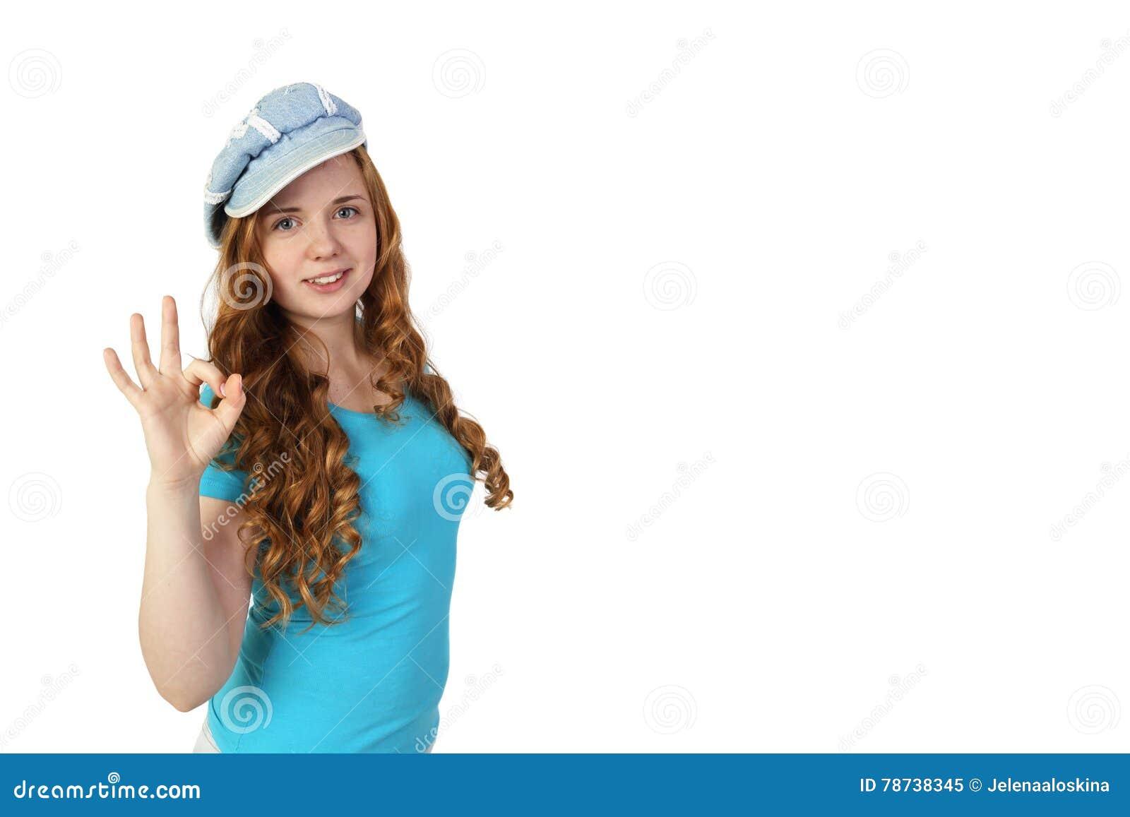 Το νέο αρκετά redhead κορίτσι στην ΚΑΠ παρουσιάζει εντάξει χειρονομία