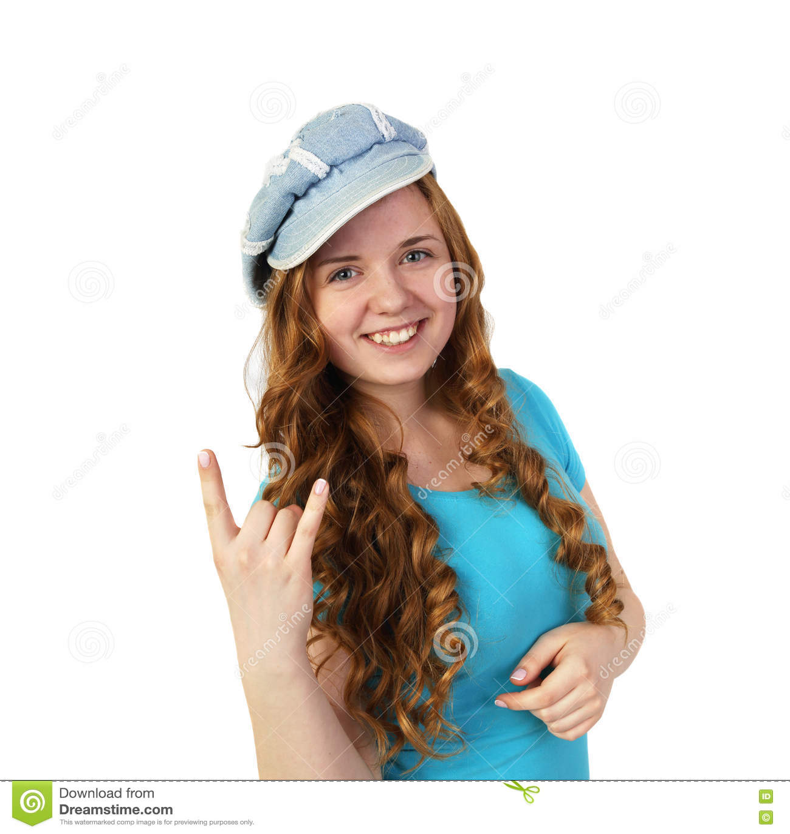 Το νέο αρκετά redhead κορίτσι στην ΚΑΠ παρουσιάζει χειρονομία βαρύ μετάλλου