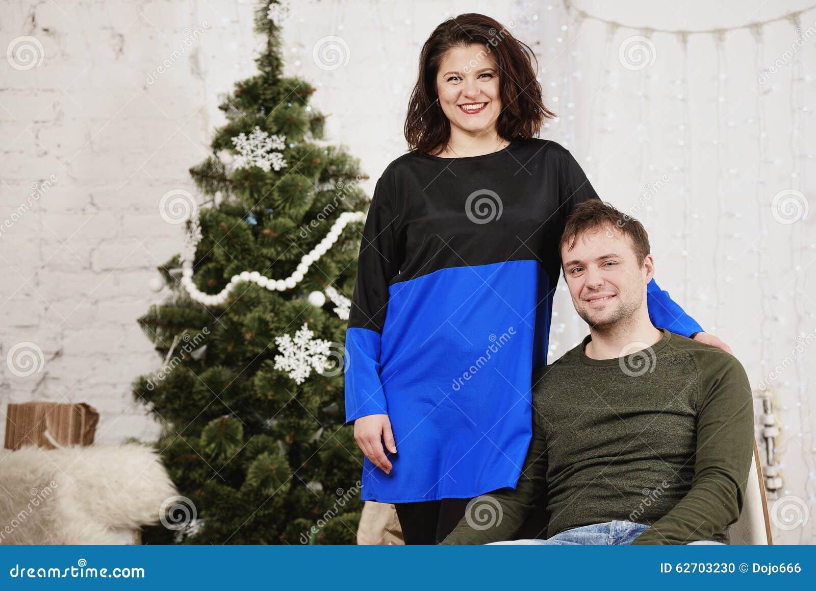 Το νέο γέλιο συζύγων και συζύγων στα Χριστούγεννα διακοσμεί το δωμάτιο