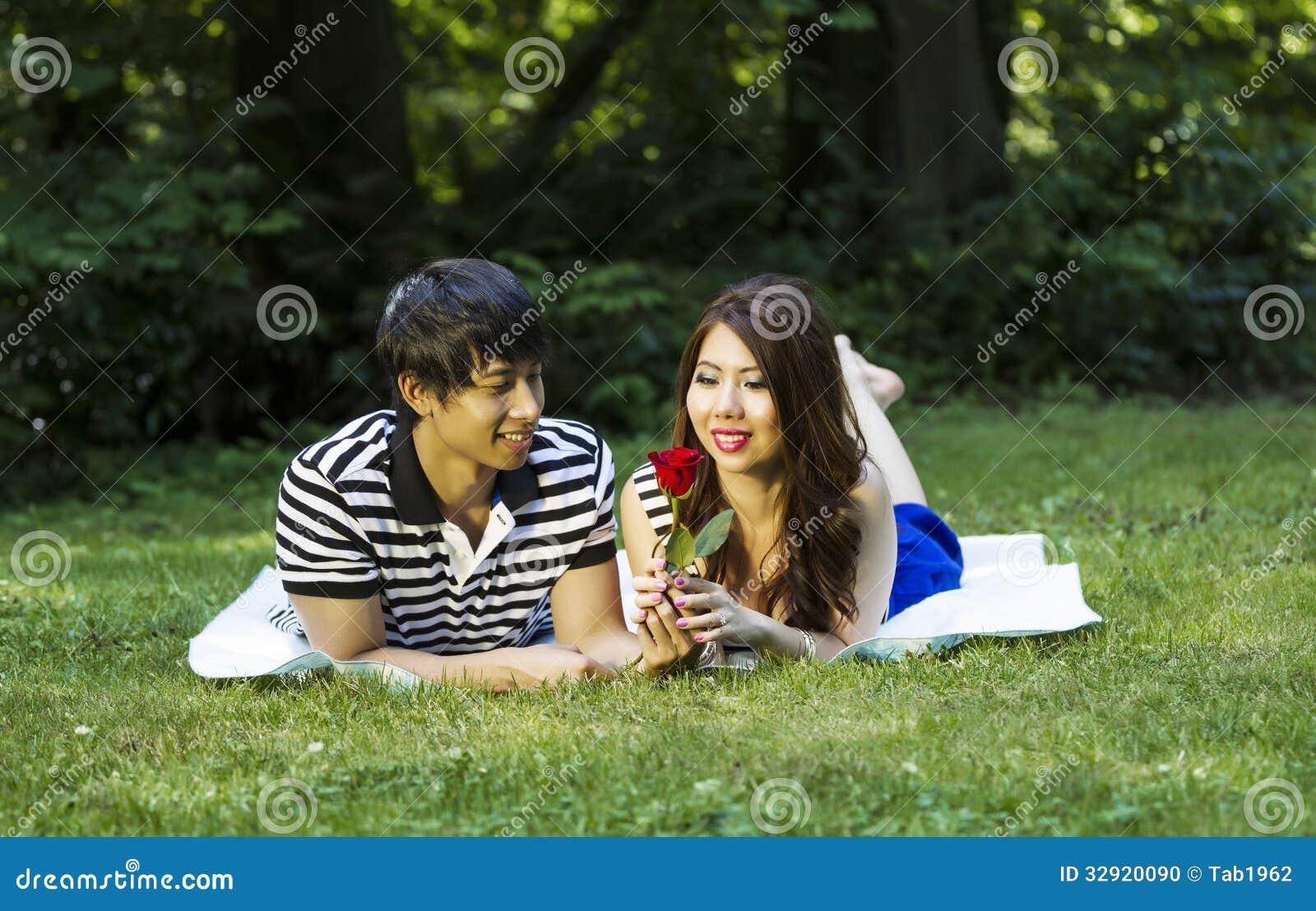 Το νέο ενήλικο ζεύγος απολαμβάνει ενιαίο κόκκινο αυξήθηκε