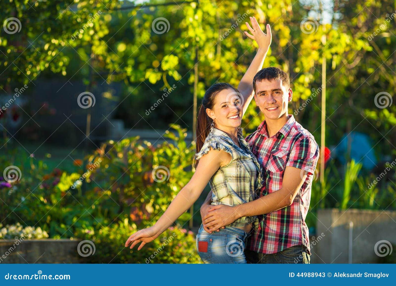 Το νέο ζεύγος ερωτευμένο έχει τη διασκέδαση υπαίθρια Νέο όμορφο μΑ