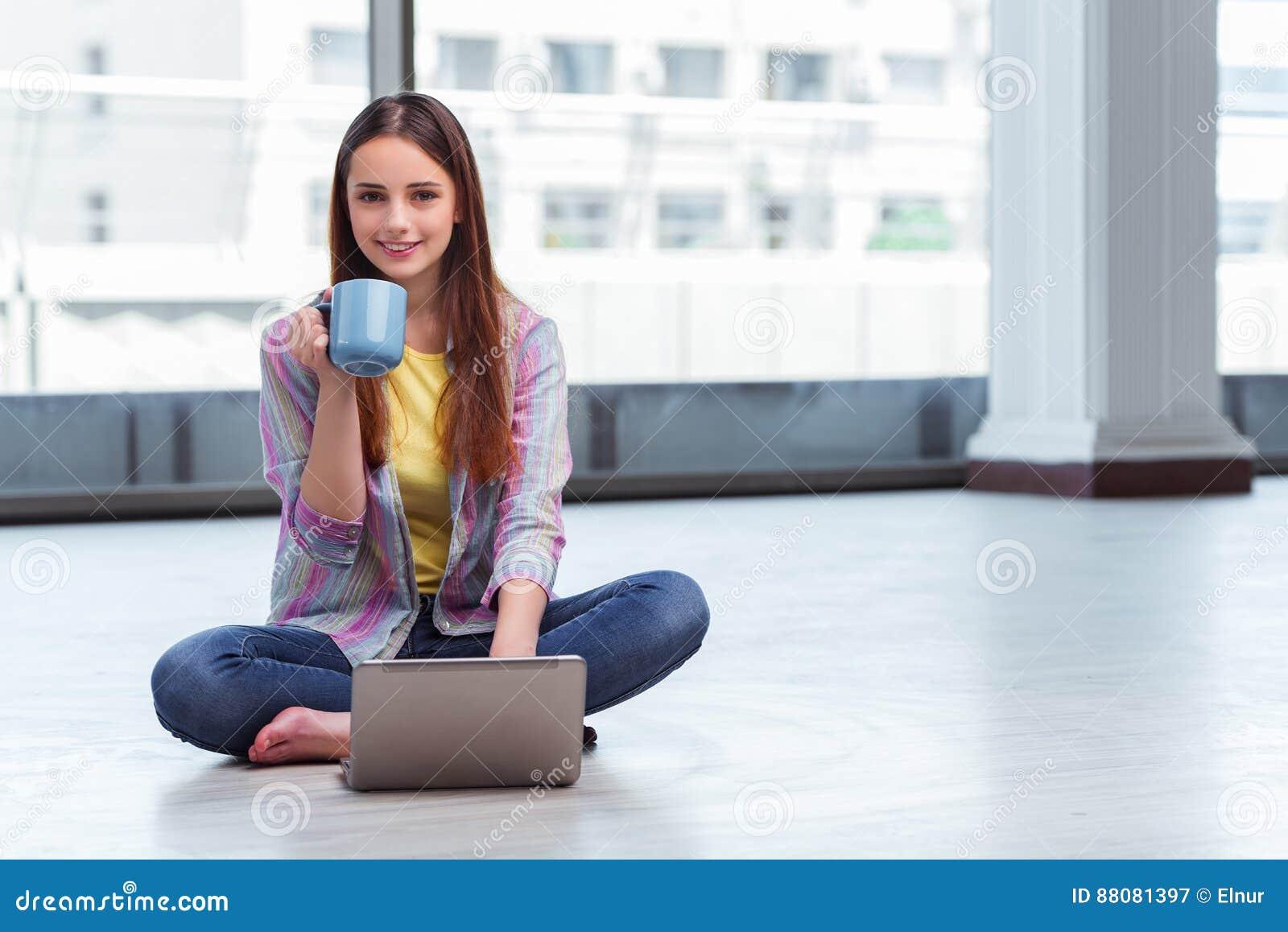 Το νέο κορίτσι που κάνει σερφ Διαδίκτυο στο lap-top