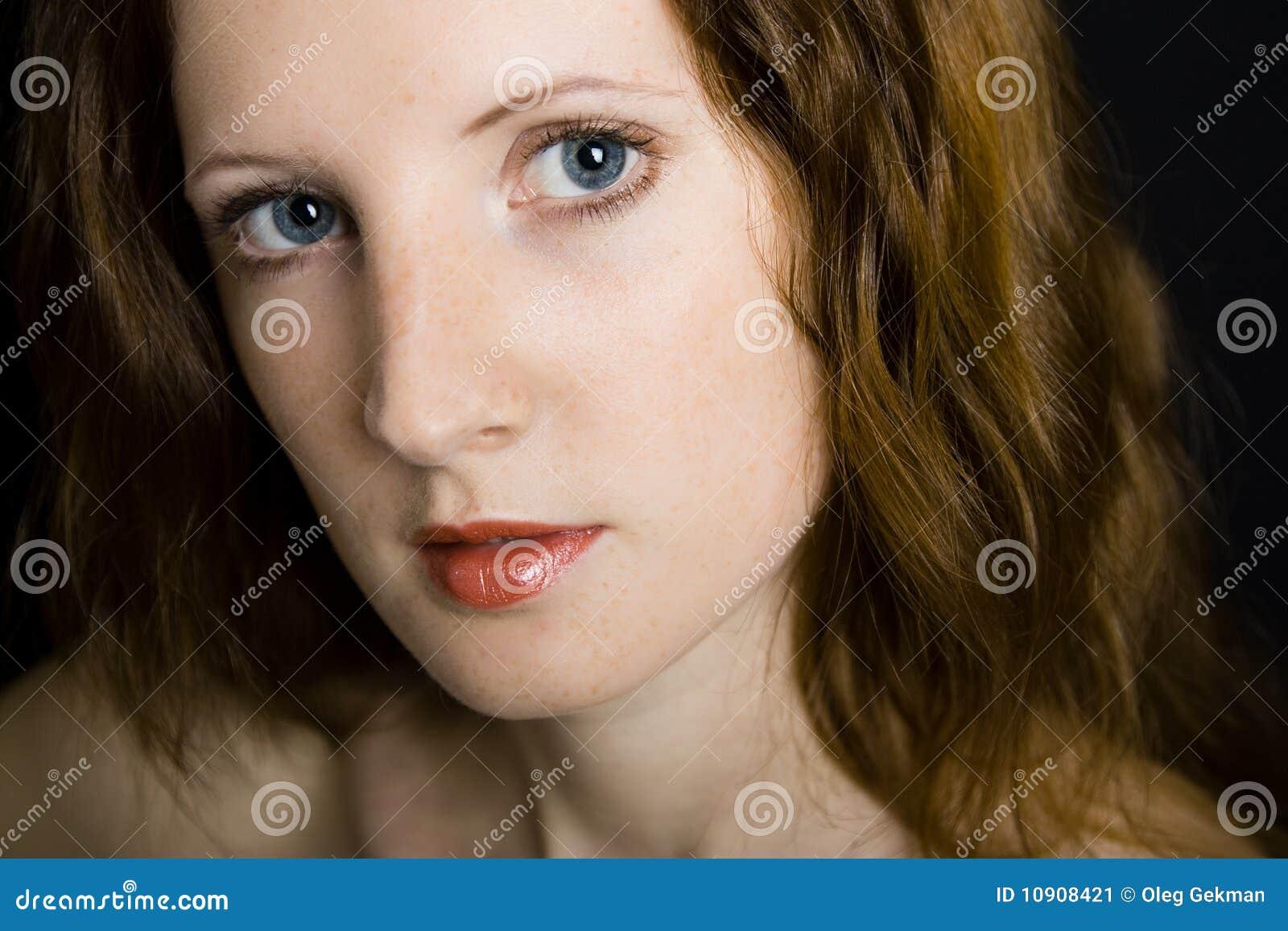 Το νέο όμορφο κορίτσι με τις φακίδες