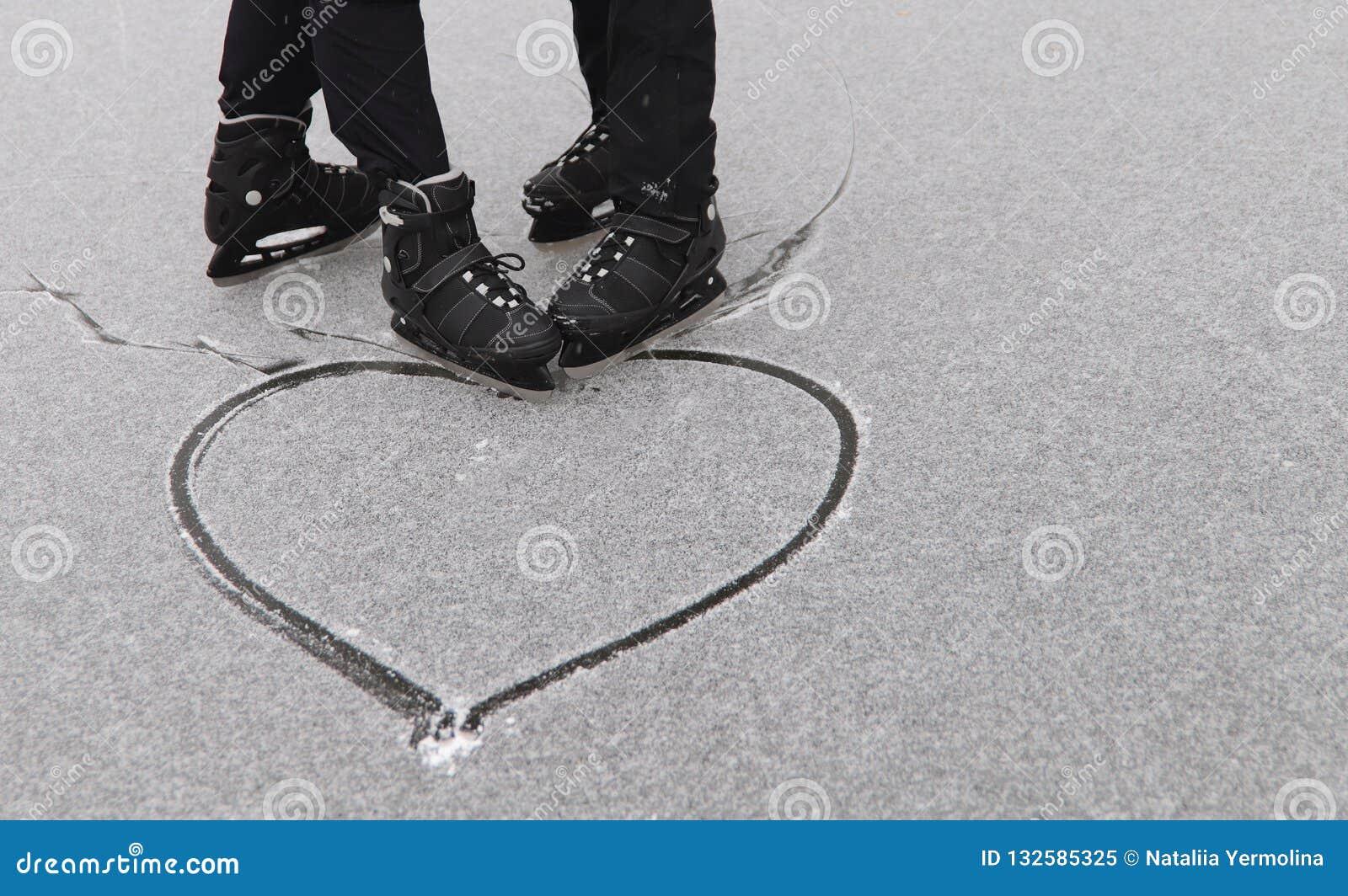 Το ομοφυλοφιλικό ζεύγος που κάνει πατινάζ έσυρε μια καρδιά στο χιόνι