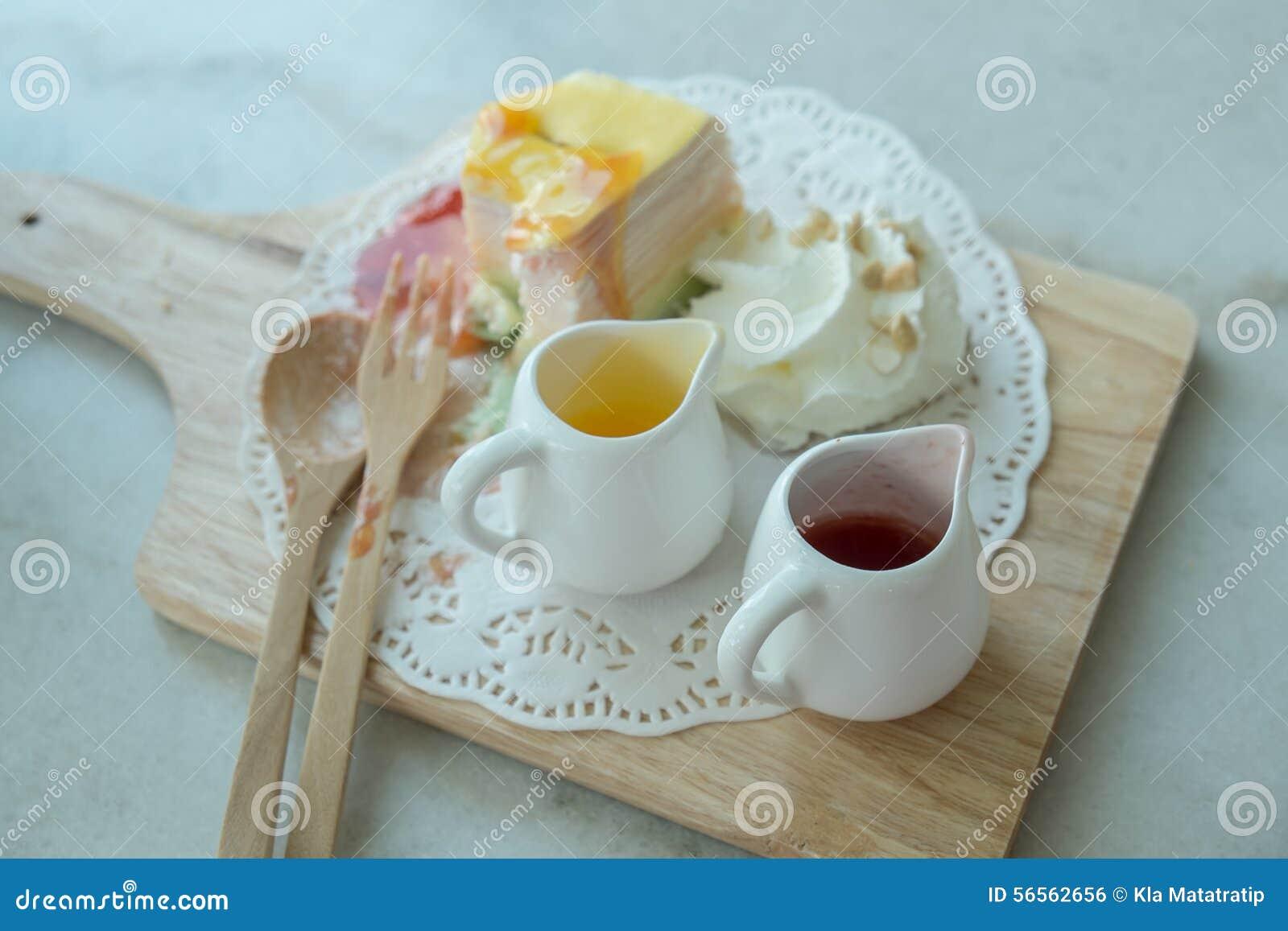 Download Το ουράνιο τόξο Crepe το κέικ στο Mable πίνακα Στοκ Εικόνες - εικόνα από σπιτικός, μαγείρεμα: 56562656