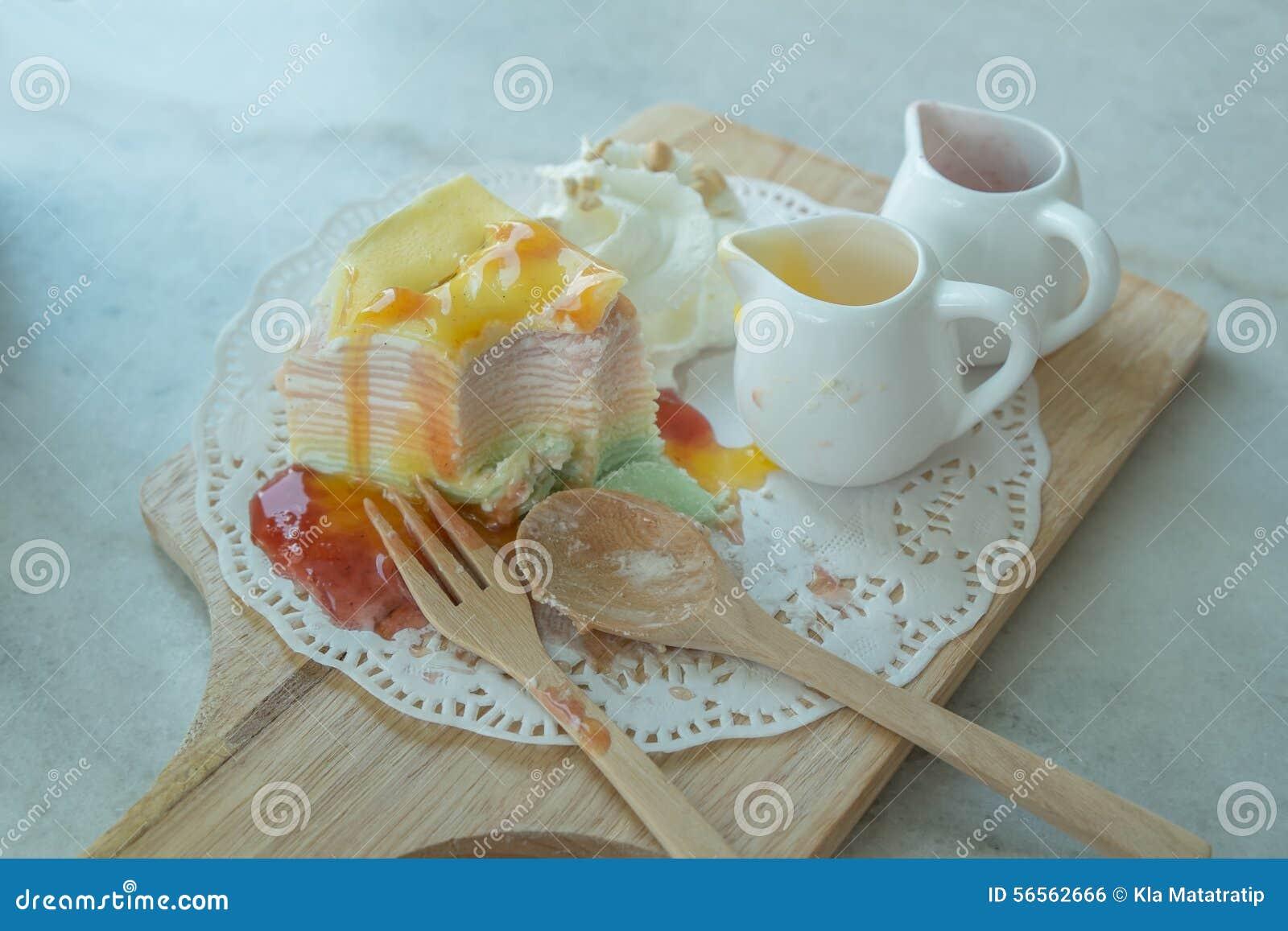Download Το ουράνιο τόξο Crepe το κέικ στο Mable πίνακα Στοκ Εικόνες - εικόνα από πορτοκάλι, καρπός: 56562666