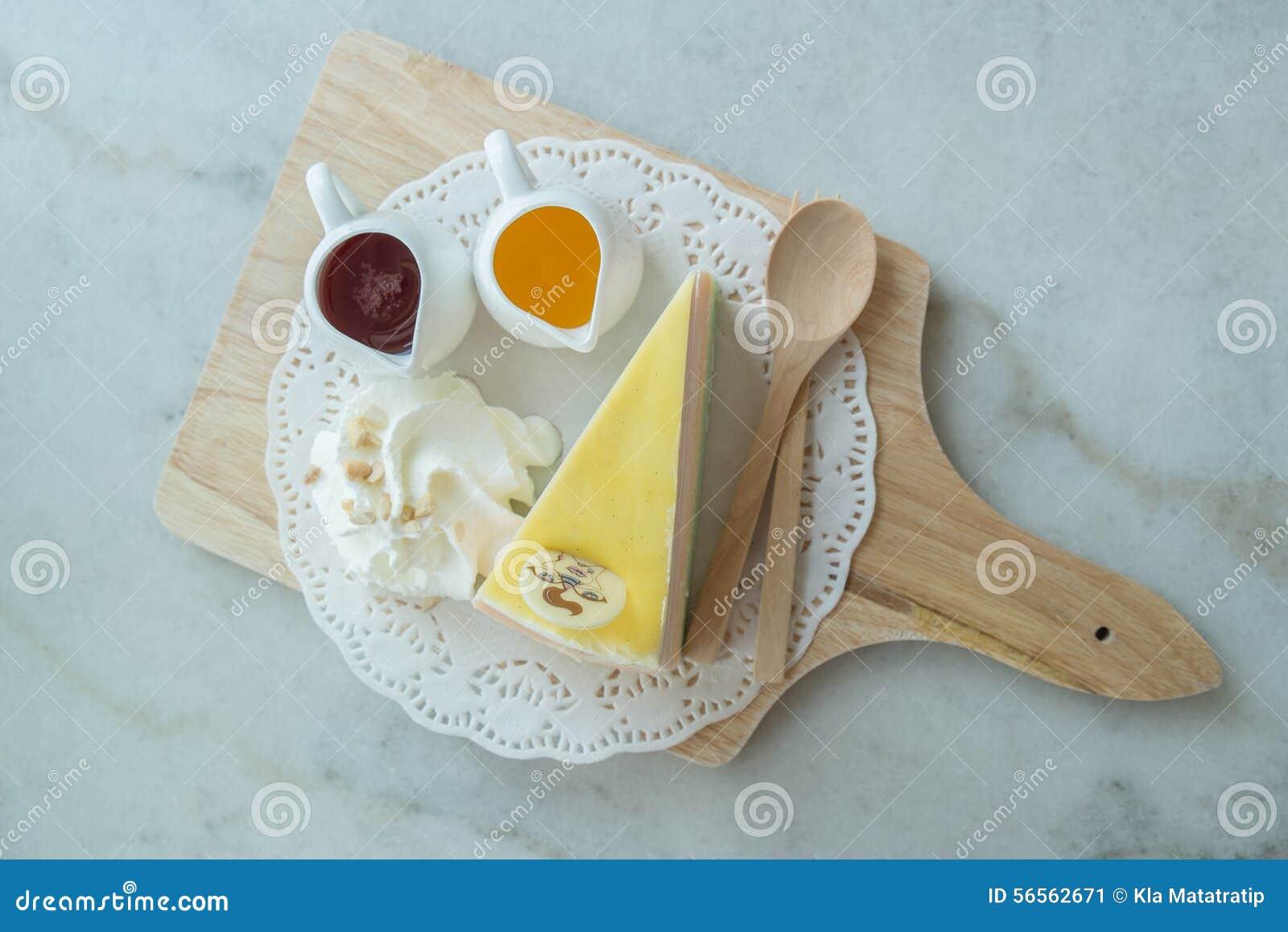 Download Το ουράνιο τόξο Crepe το κέικ στο Mable πίνακα Στοκ Εικόνα - εικόνα από επιδόρπιο, closeup: 56562671