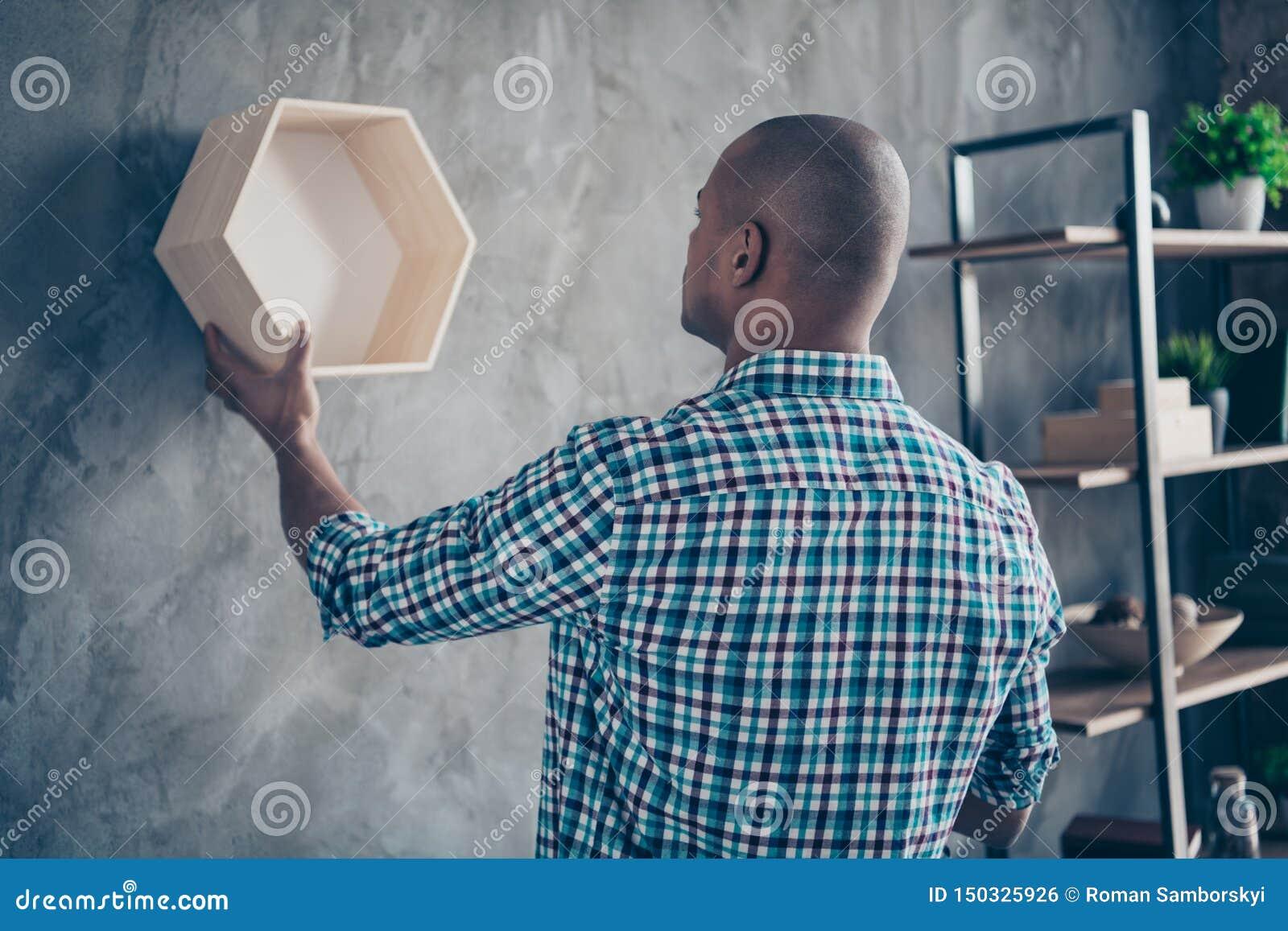 Το πίσω οπίσθιο πορτρέτο πλάγιας όψης του επαγγελματία έχει την αντίκα ξυλείας επαγγέλματος ραφιών να κρεμάσει ντυμένο περιστασια