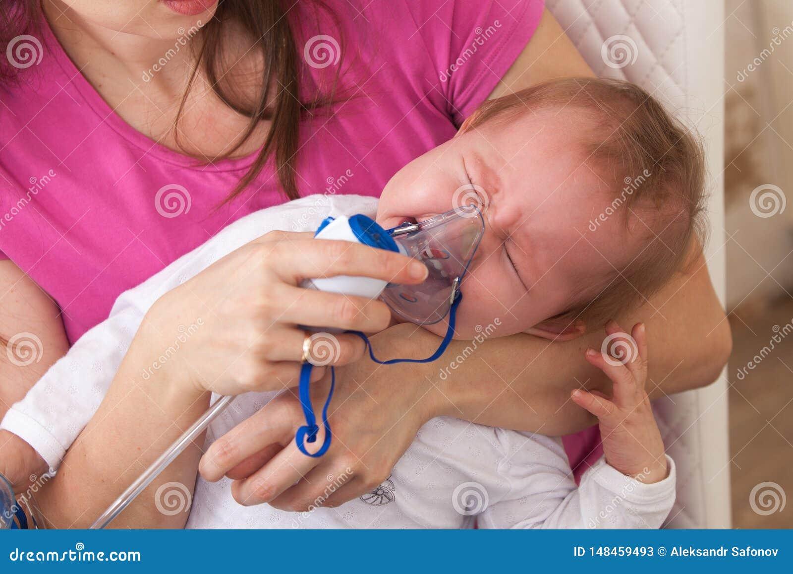 Το παιδί εισπνοής κάνει τη μαμά μωρών