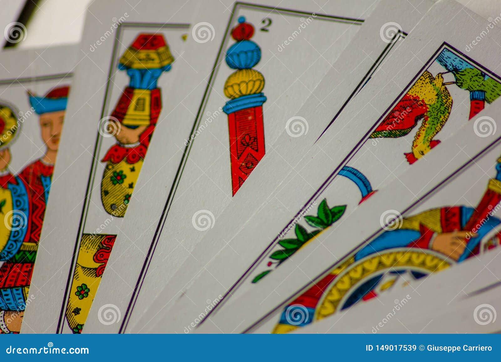 Το παιχνίδι καρτών περάσματα από τις οικογένειες στο νέο έτος για τη διασκέδαση στις χαρτοπαικτικές λέσχες αυτό είναι μια δέσμη τ