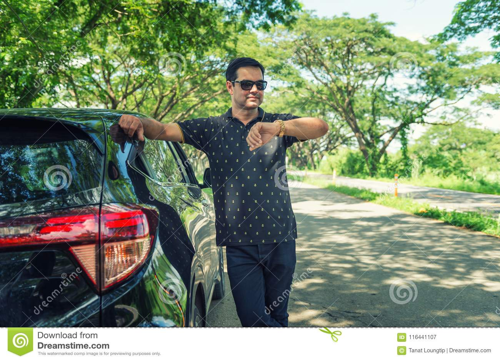 Το πακιστανικό μουσουλμανικό άτομο που στέκεται κοντά στο αυτοκίνητο και που φαίνεται ρολόι είναι αναμονή
