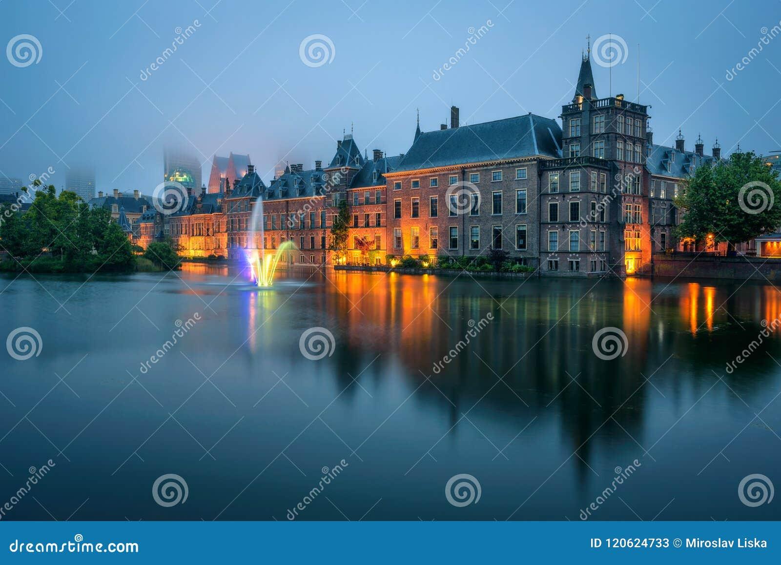 Το παλάτι Binnenhof ένα ομιχλώδες βράδυ στη Χάγη, Κάτω Χώρες