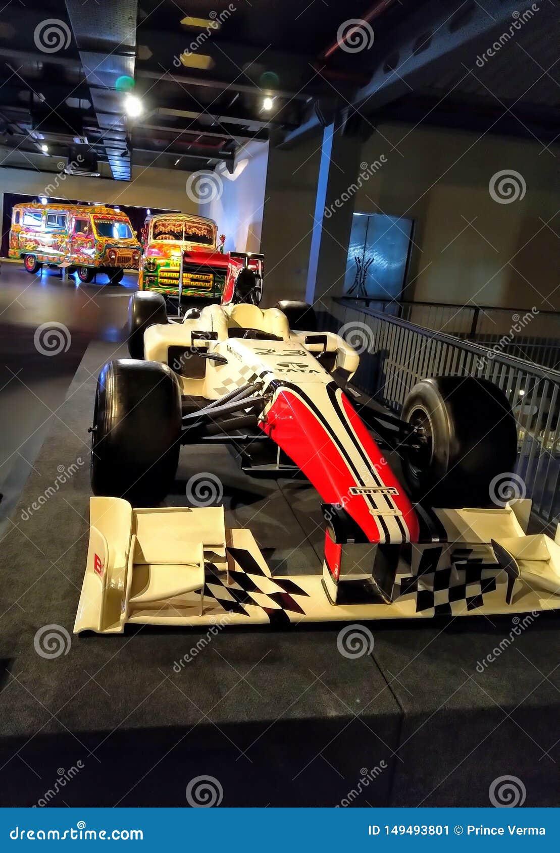 Το παλαιό αναδρομικό εκλεκτής ποιότητας αγωνιστικό αυτοκίνητο παρουσιάζει στο μουσείο Αγωνιστικό αυτοκίνητο τύπου κόκκινου χρώματ