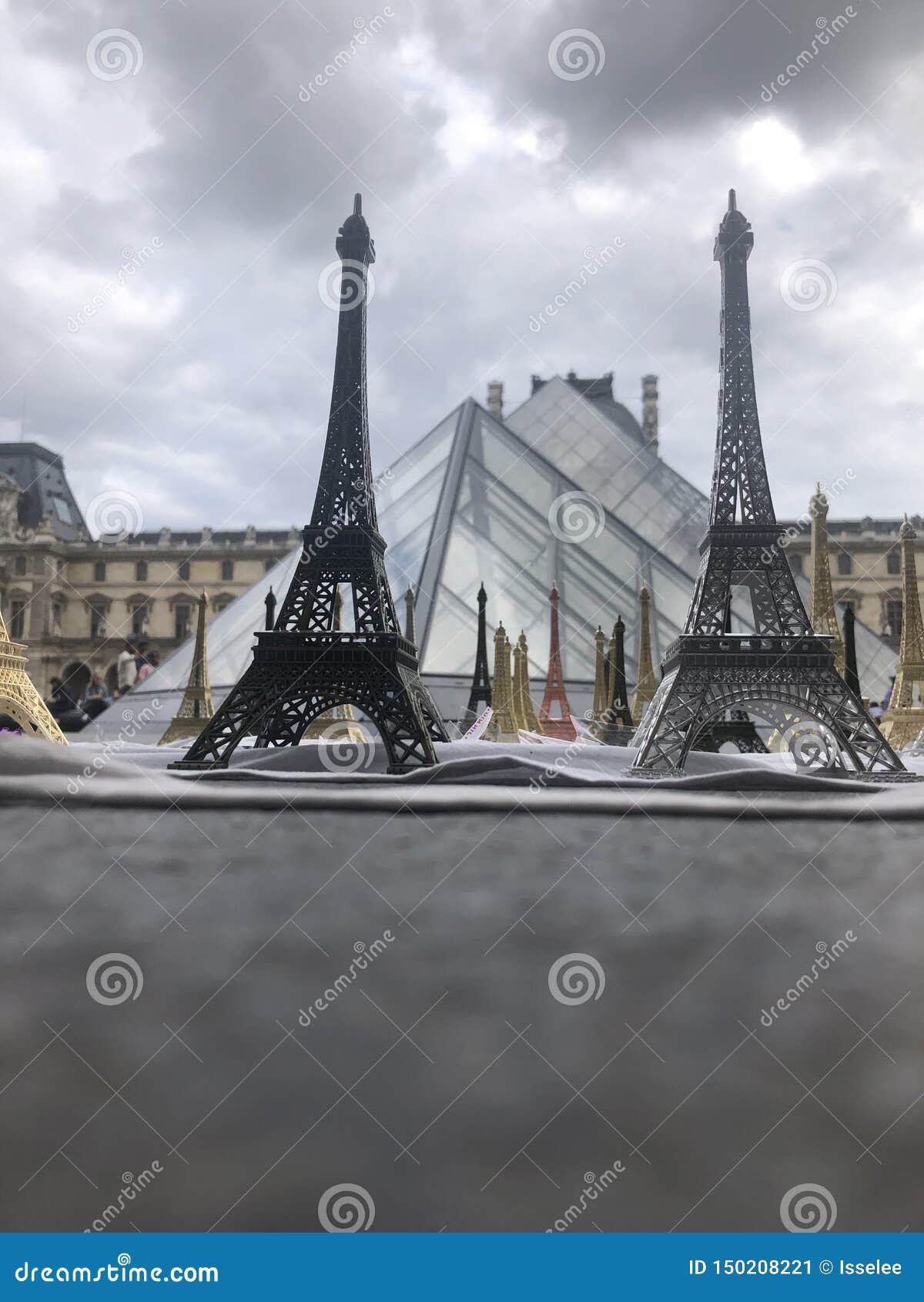 Το Παρίσι, Γαλλία, μπορεί 30ος, το 2019, αναμνηστικά του πύργου του Άιφελ