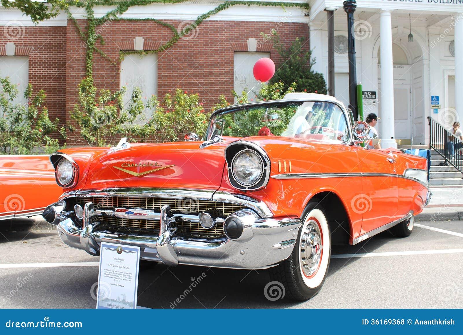 Το παλαιό αυτοκίνητο Chevrolet Bel Air στο αυτοκίνητο παρουσιάζει