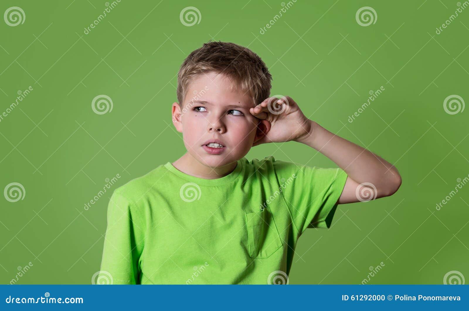 Το περίεργο αγόρι ακούει Η ακρόαση παιδιών πορτρέτου κινηματογραφήσεων σε πρώτο πλάνο κάτι, γονείς μιλά, κουτσομπολιά, χέρι στη χ