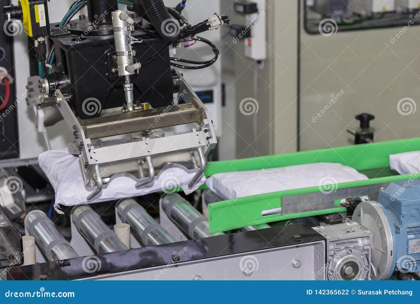 Το πιάσιμο ρομπότ υψηλής τεχνολογίας και ακρίβειας με το αυτόματο κενό για τα αγαθά σύλληψης τοποθετεί σε σάκκο στο μεταφορέα κυλ