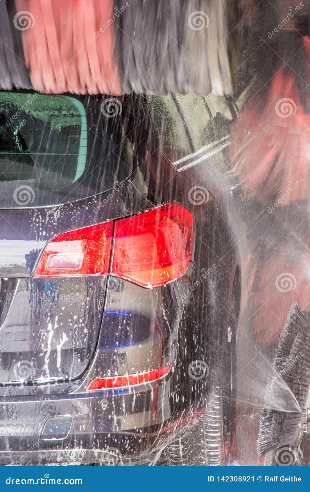 Το πλύσιμο αυτοκινήτων καθαρίζει το βρώμικο αυτοκίνητο