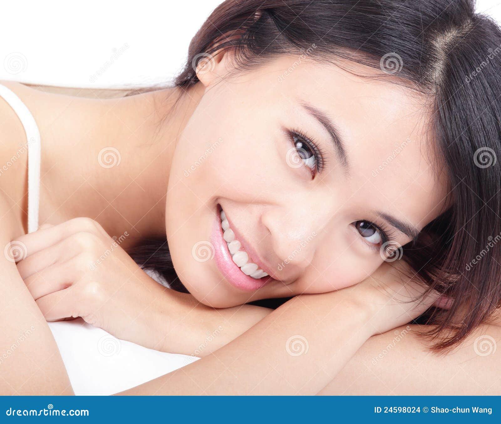το πορτρέτο προσώπου θέτει χαλαρώνει τη γυναίκα χαμόγελου
