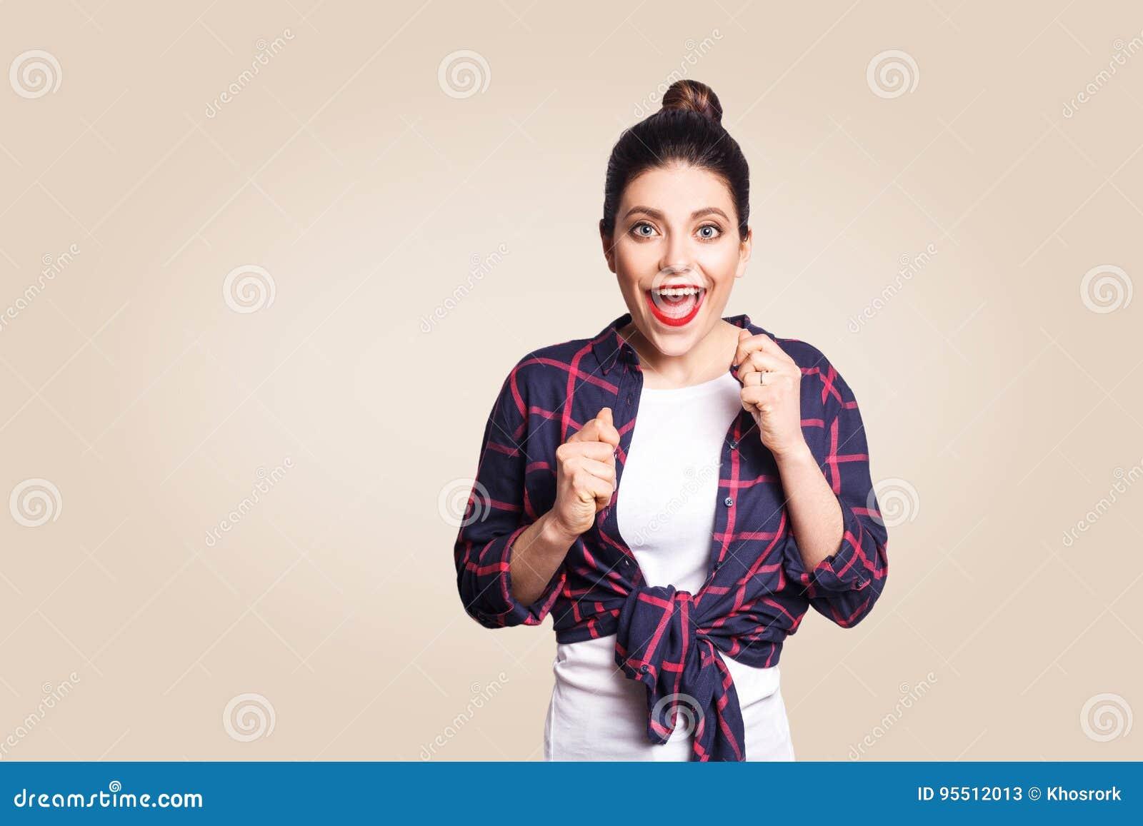 Το πορτρέτο του όμορφου κοριτσιού που έχει τη νίκη και την ευτυχή έκφραση του προσώπου, αναφωνώντας με τη χαρά, κράτηση παραδίδει