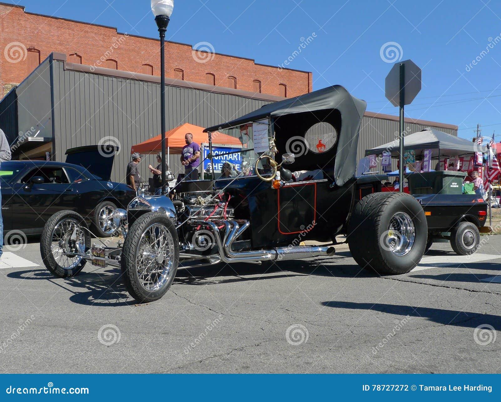 Το πολύ παλαιό jalopy αυτοκίνητο παρουσιάζει