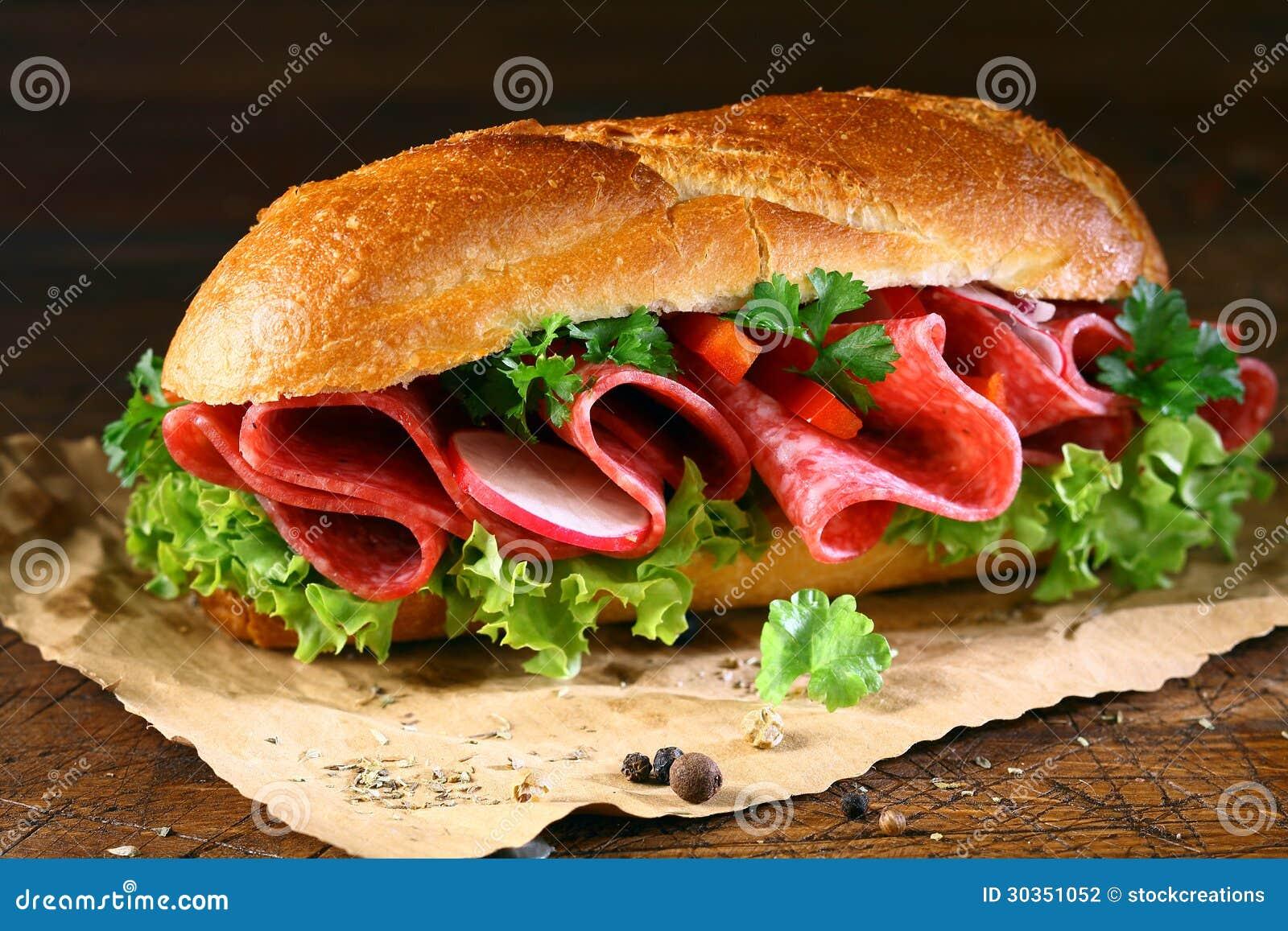 Baguette με το φρέσκα μαρούλι και το σαλάμι