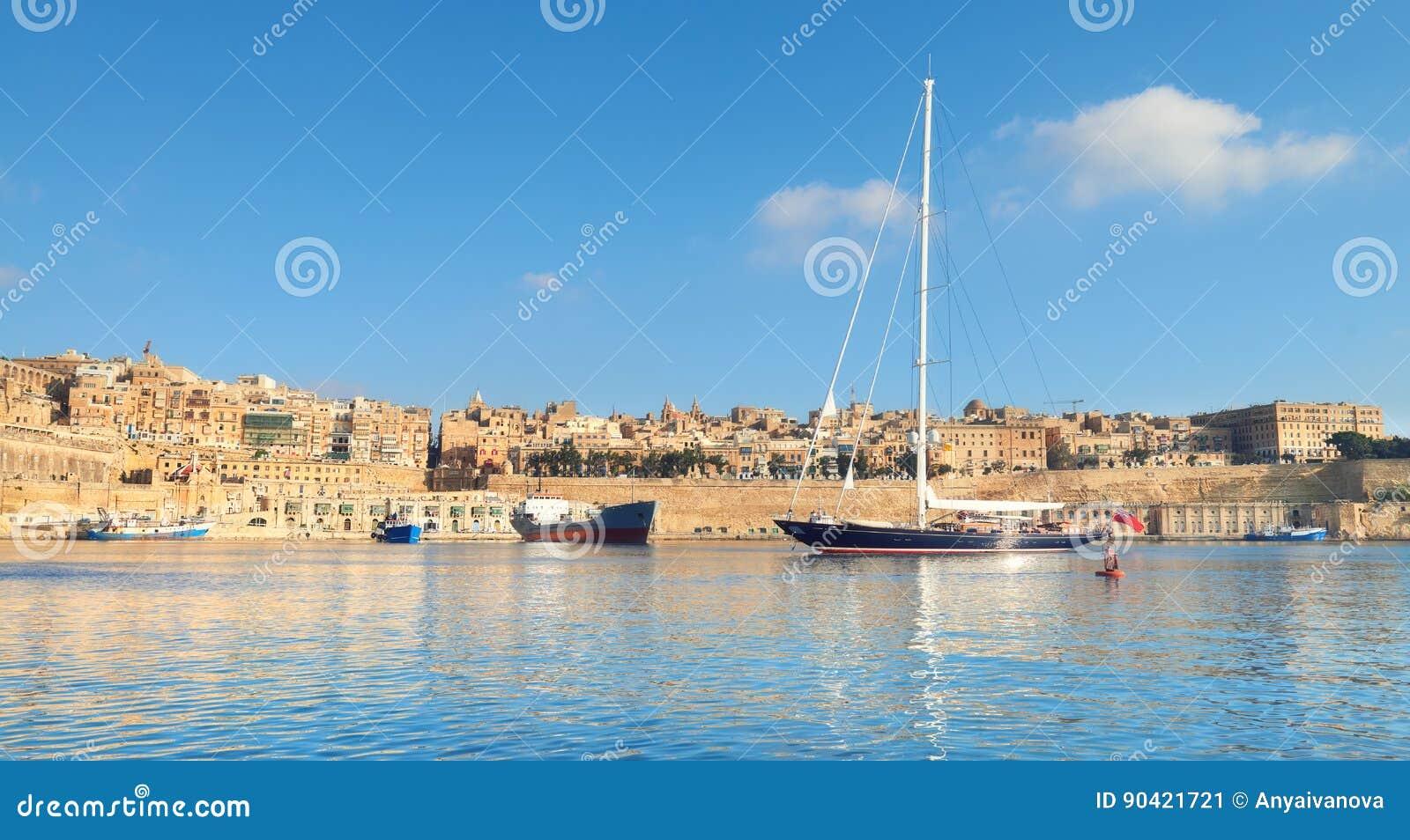 Το πλέοντας σκάφος μπαίνει στο μεγάλο κόλπο Valletta μια φωτεινή ημέρα, πανόραμα