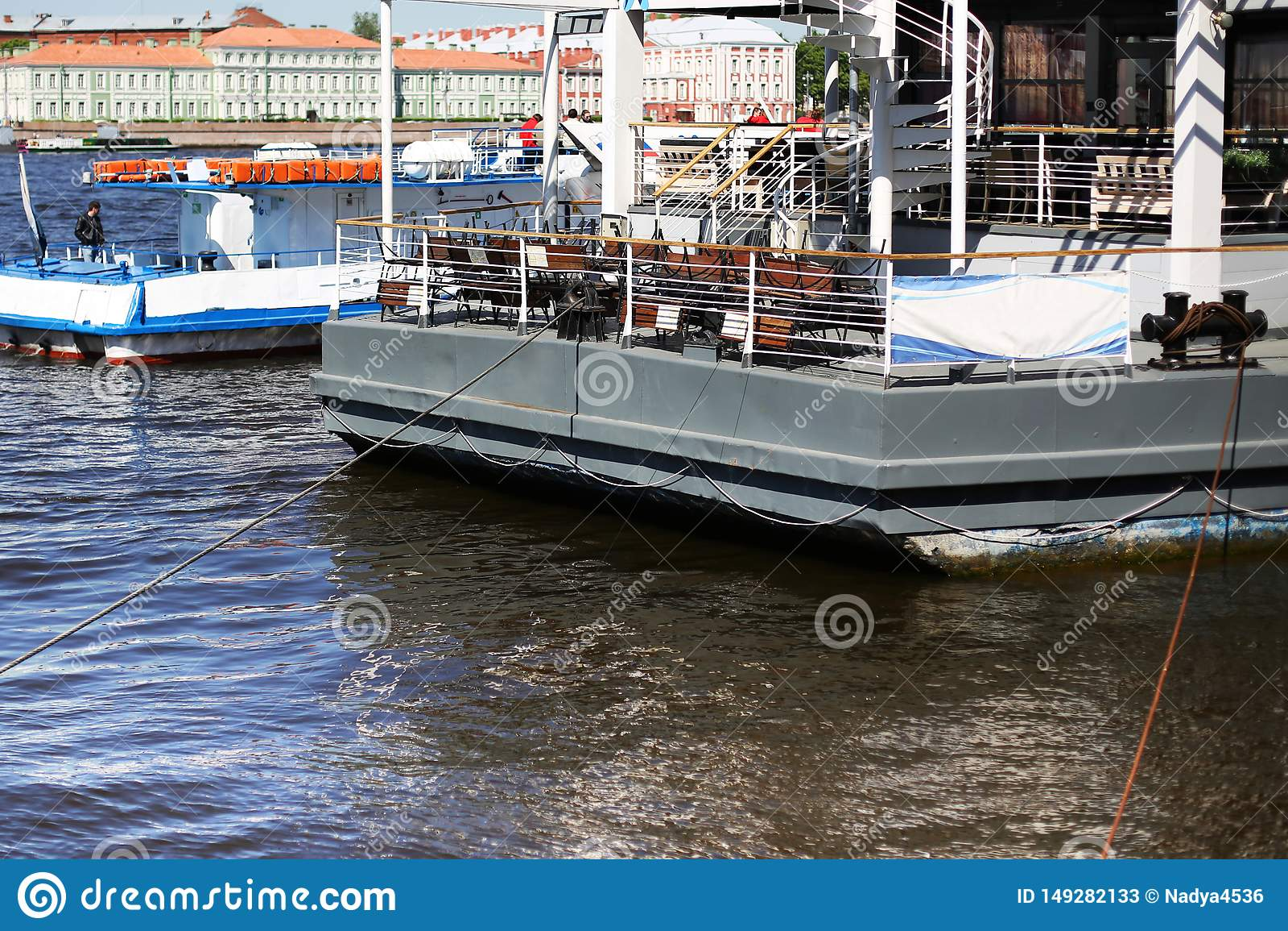 Το σκάφος στο λιμένα περιμένει την προσγείωση