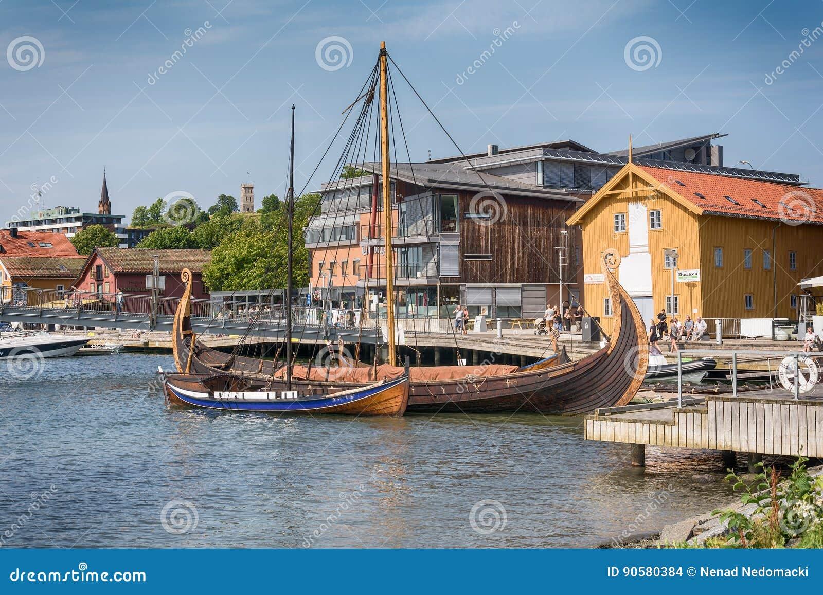 Το σκάφος Oseberg Βίκινγκ και το αντίγραφό της στο φιορδ, Tonsberg, Νορβηγία