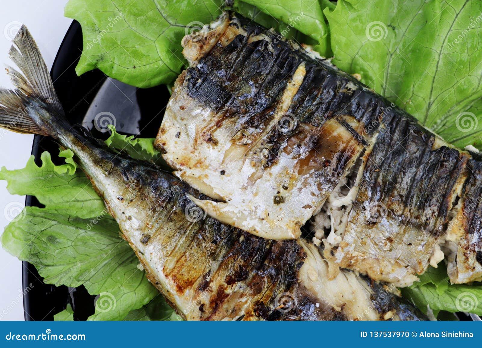 Το σκουμπρί ψήνεται σε μια ηλεκτρική σχάρα Ψημένα στη σχάρα ψάρια με το λεμόνι και τη σαλάτα