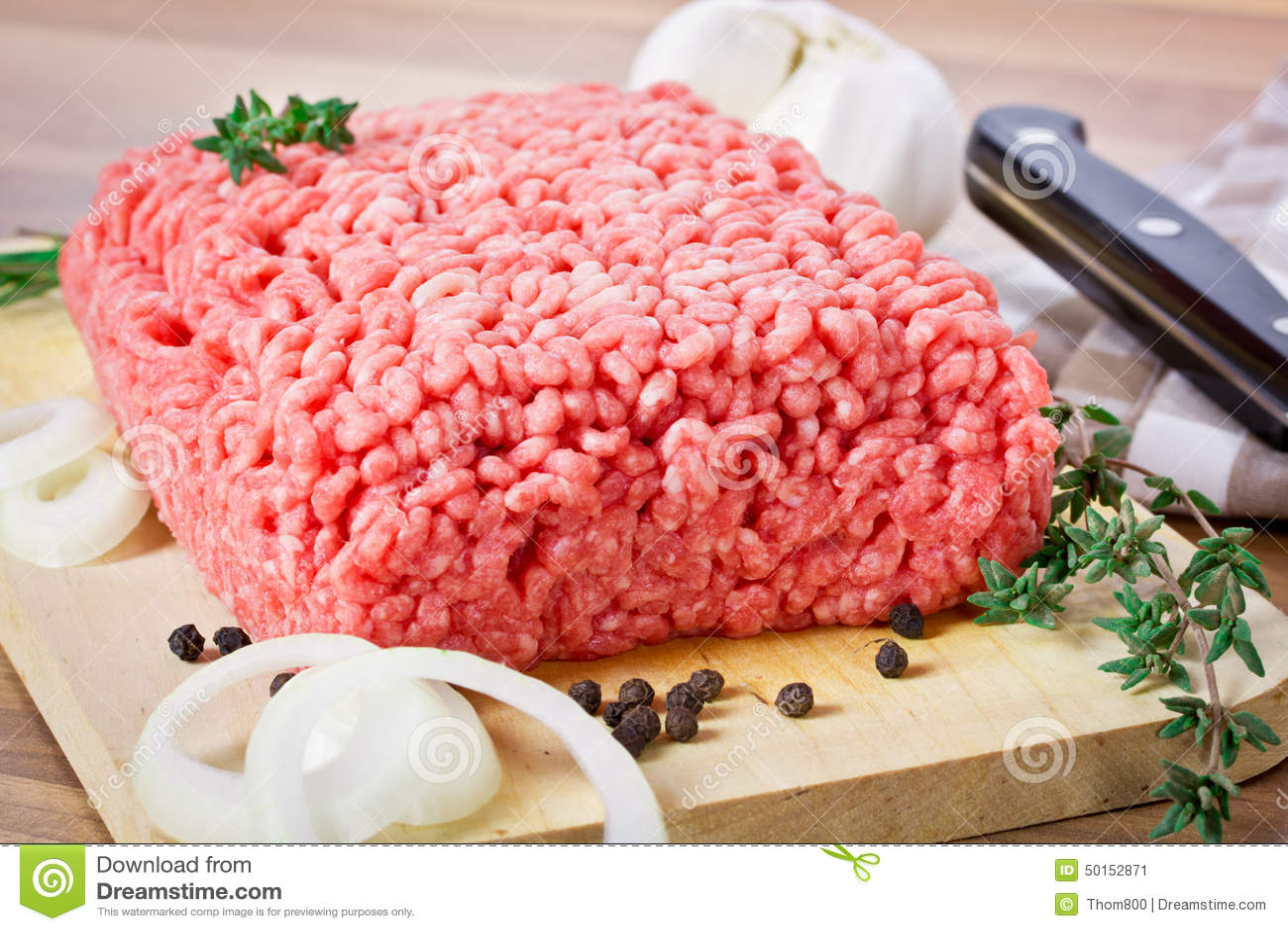 το στενό κρέας που κομματιάζεται προετοιμάζει έτοιμο επάνω