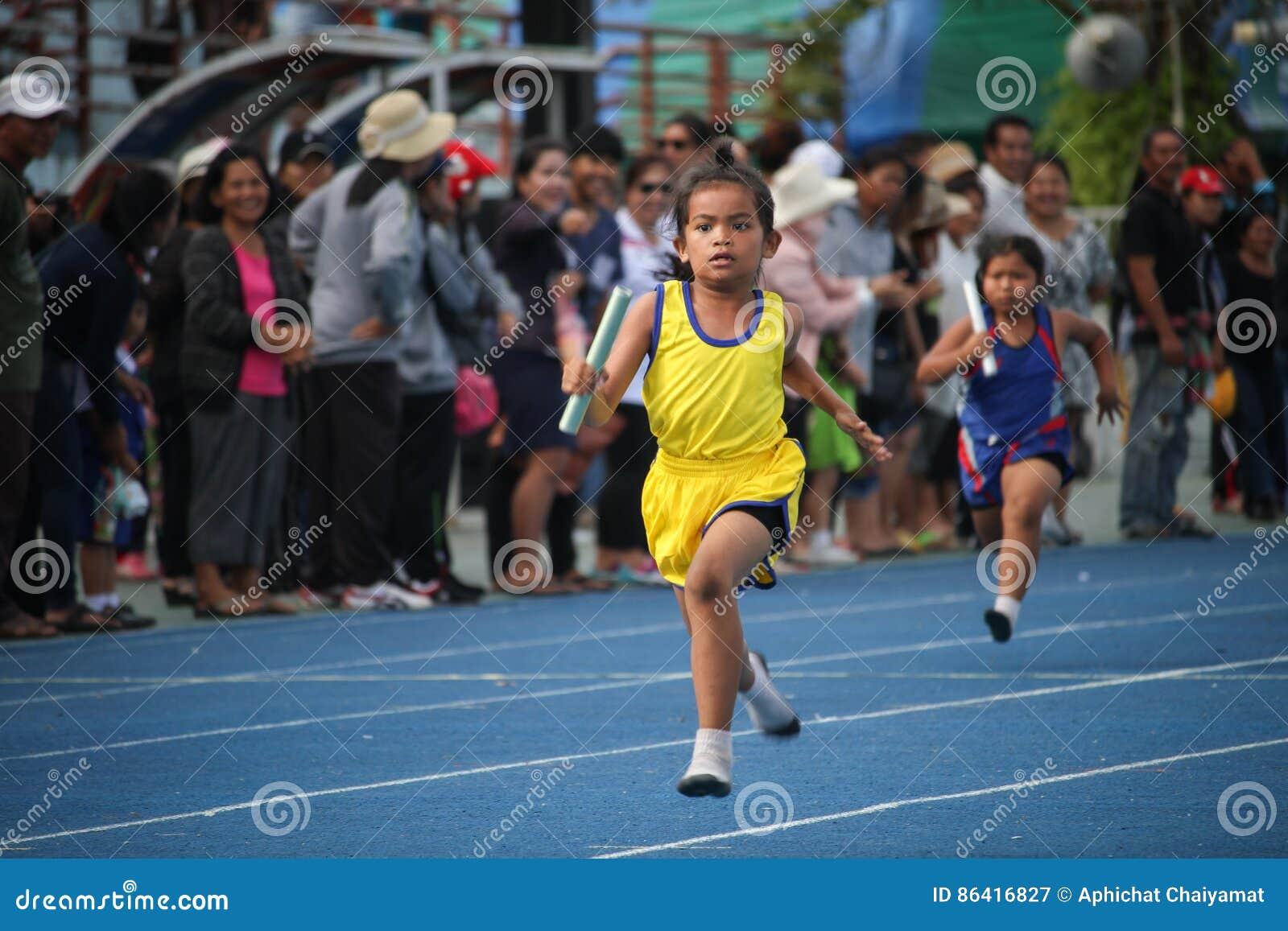 Το σχολικό αγόρι τρέχει κατά τη διάρκεια της φυλής ηλεκτρονόμων του φεστιβάλ αθλητικής ημέρας
