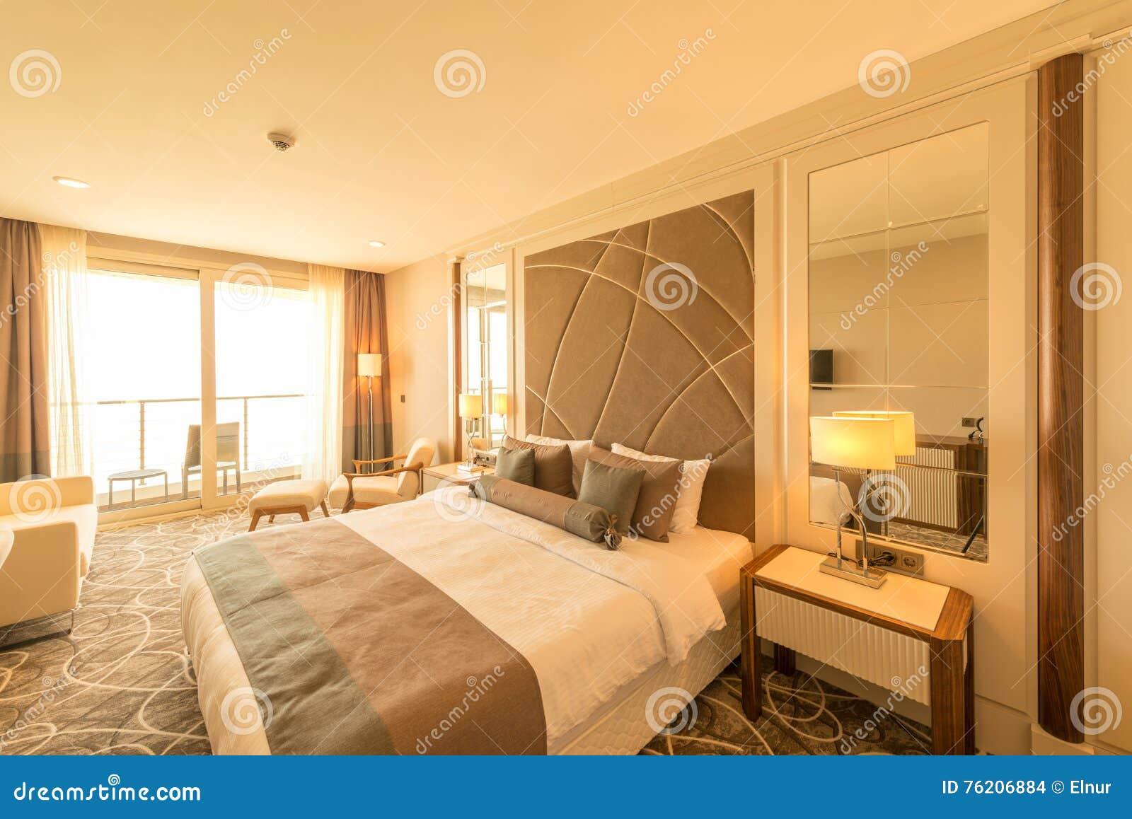 Το σύγχρονο δωμάτιο ξενοδοχείου με το μεγάλο κρεβάτι