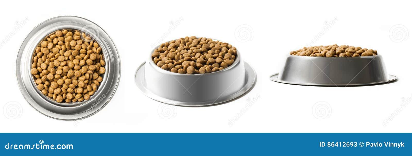 Το σύνολο τριών πιάτων ξεραίνει τα τρόφιμα κατοικίδιων ζώων σε ένα κύπελλο μετάλλων που απομονώνεται στο άσπρο υπόβαθρο Τοπ, μισή