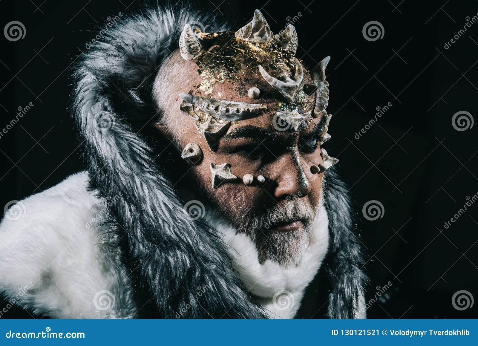 Το τέρας με τα αγκάθια και το δέρμα ερπετοειδών που φορά την άσπρη γούνα ντύνει στο μαύρο υπόβαθρο Φύλακας δαιμόνων από τη σφαίρα