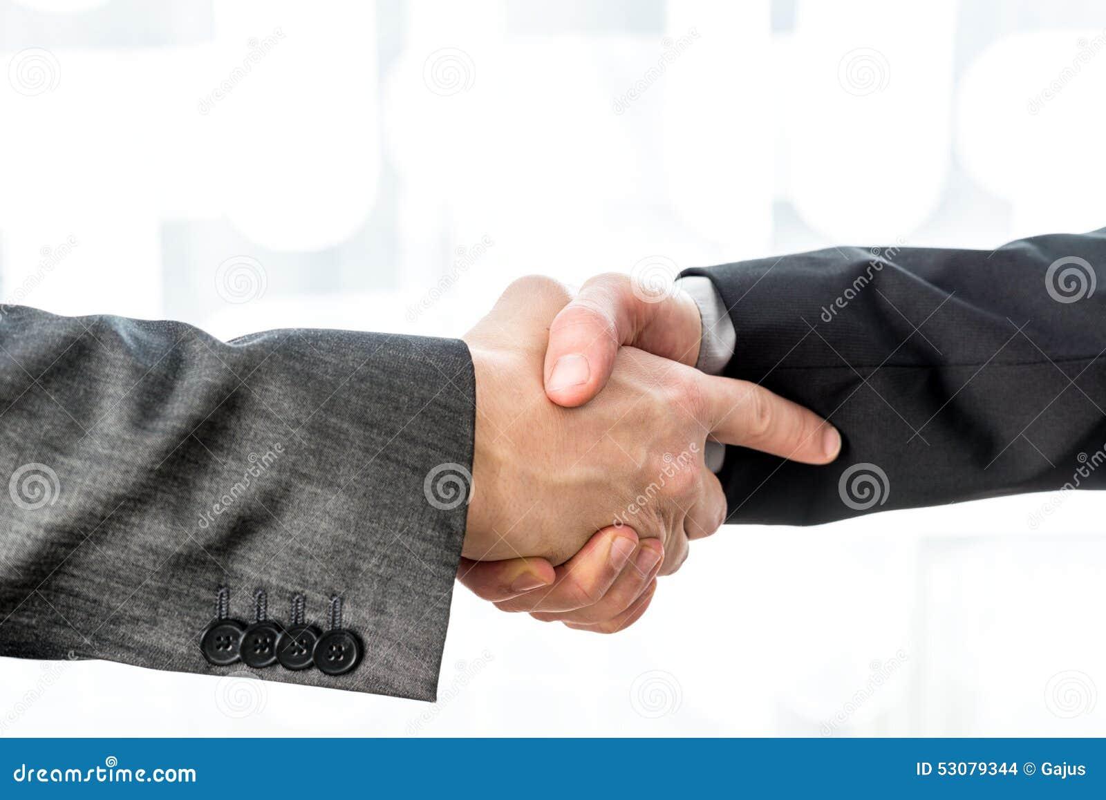 Το τίναγμα δύο επιχειρηματιών παραδίδει ένα θολωμένο αφηρημένο υπόβαθρο