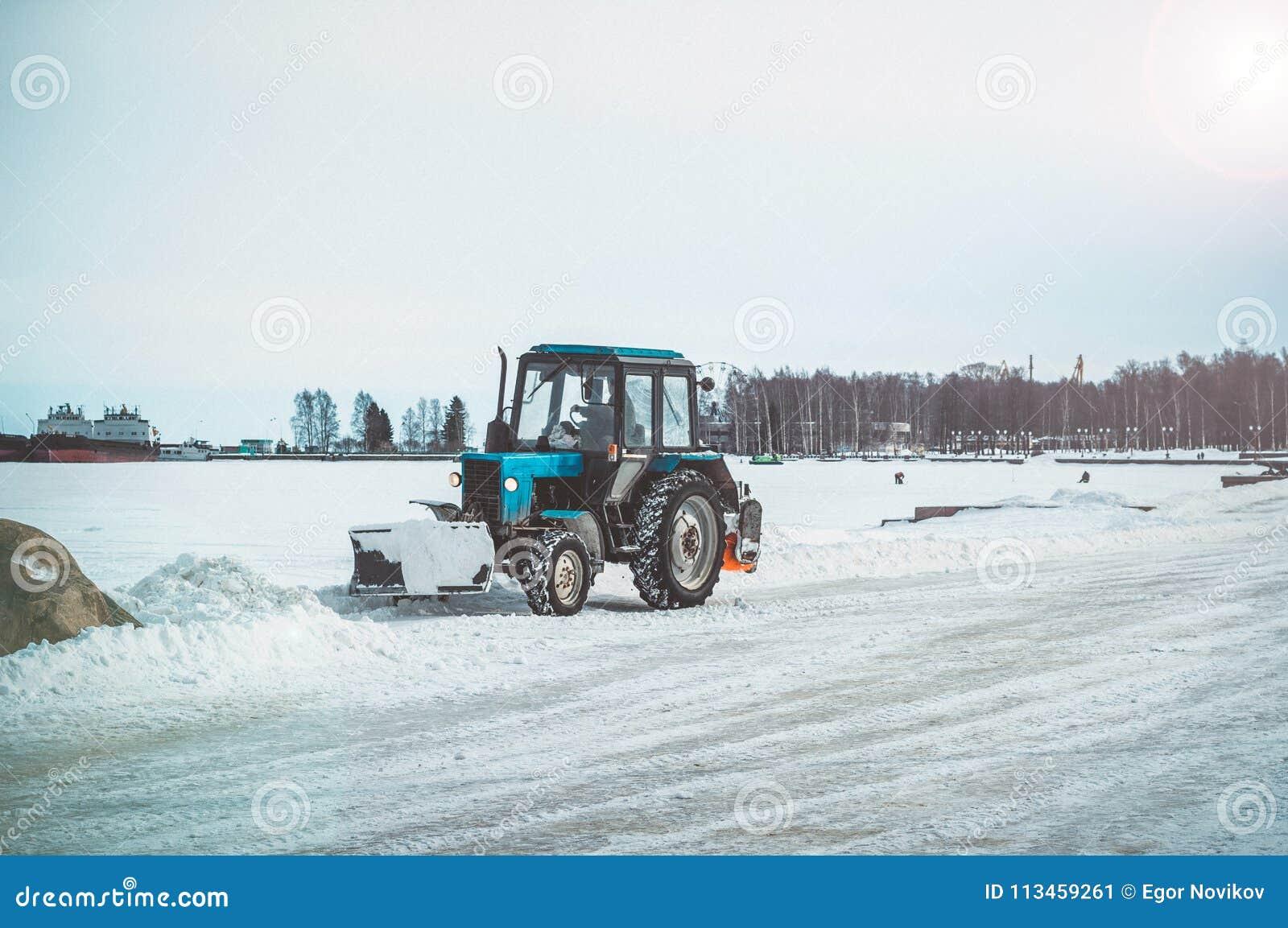 Το τρακτέρ καθαρίζει το ανάχωμα από το χιόνι
