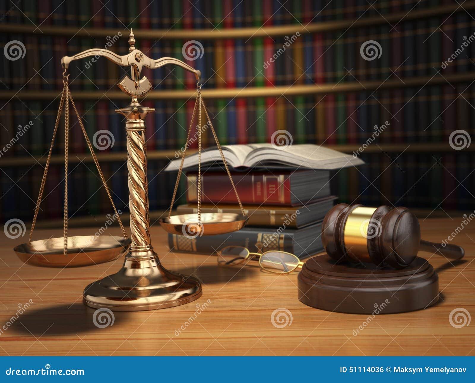 το τρισδιάστατο βάθρο δικαιοσύνης έννοιας χρυσό δίνει την κλίμακα Gavel, χρυσές κλίμακες και βιβλία στη βιβλιοθήκη